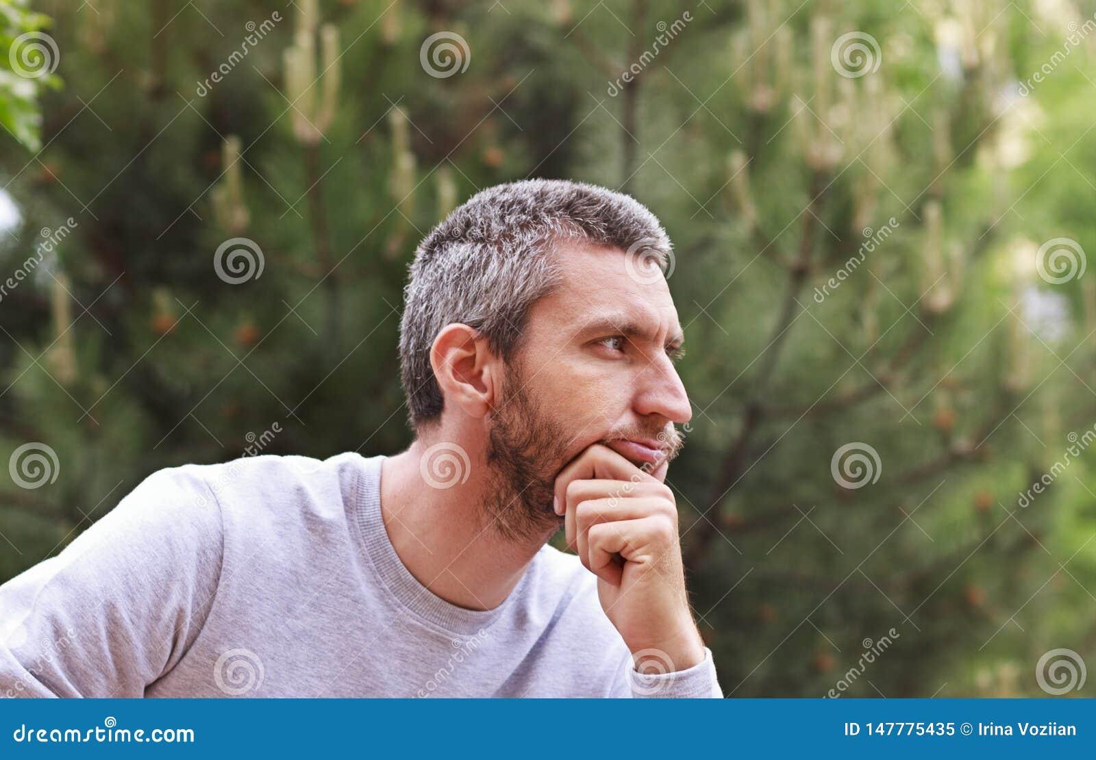 Rozważni mężczyzn spojrzenia w odległość