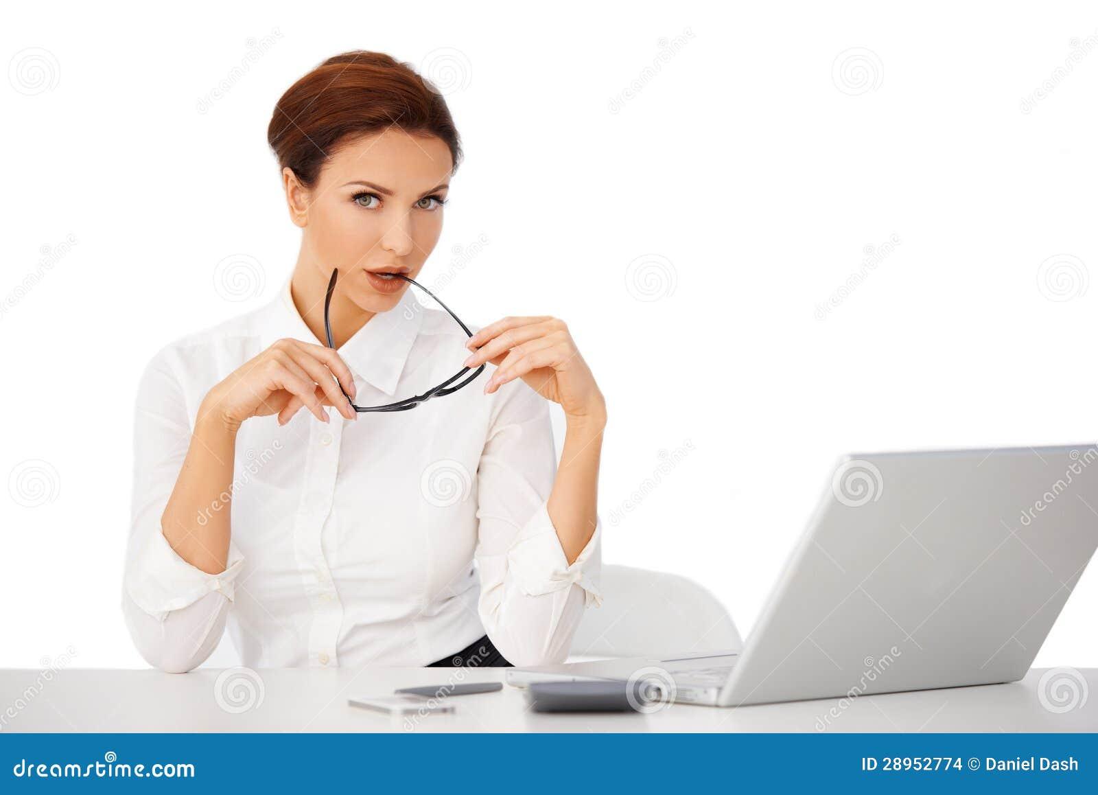 Rozważny bizneswoman przy jej biurkiem