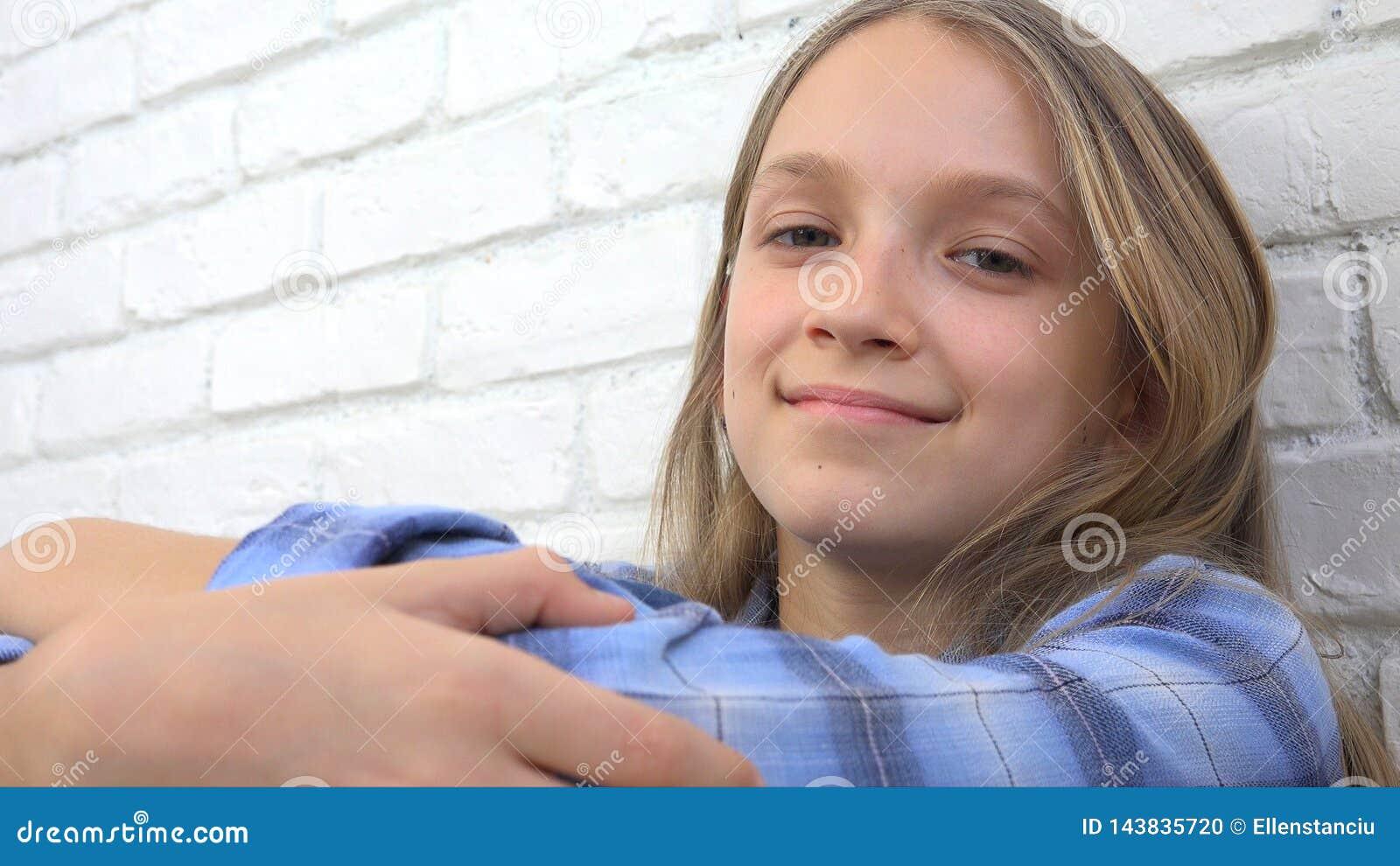 Rozważny dziecko portret, Uśmiechnięta dzieciak twarz Patrzeje blondynki in camera Zanudzał dziewczyny