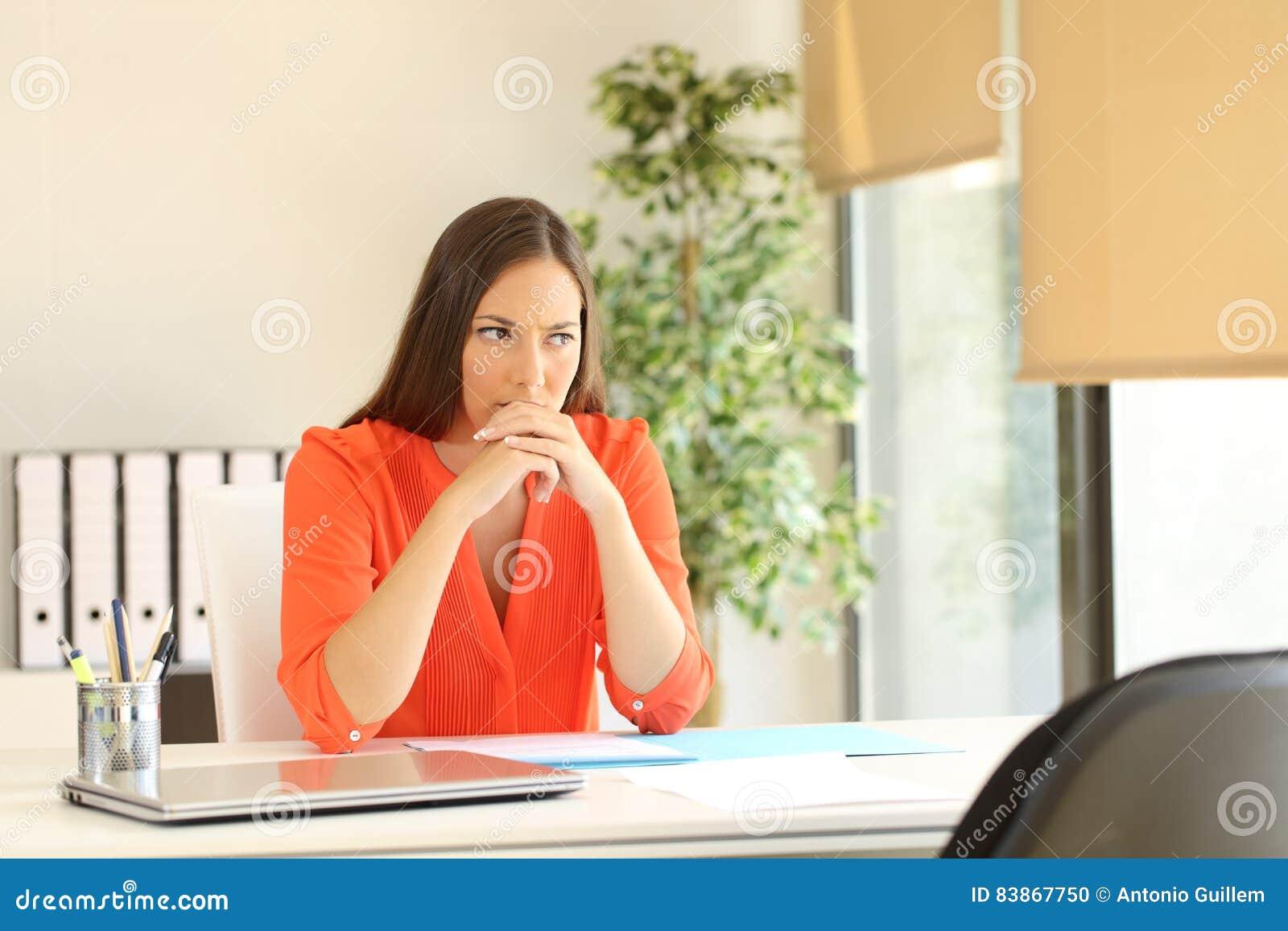 Rozważny kobiety czekanie dla akcydensowego wywiadu