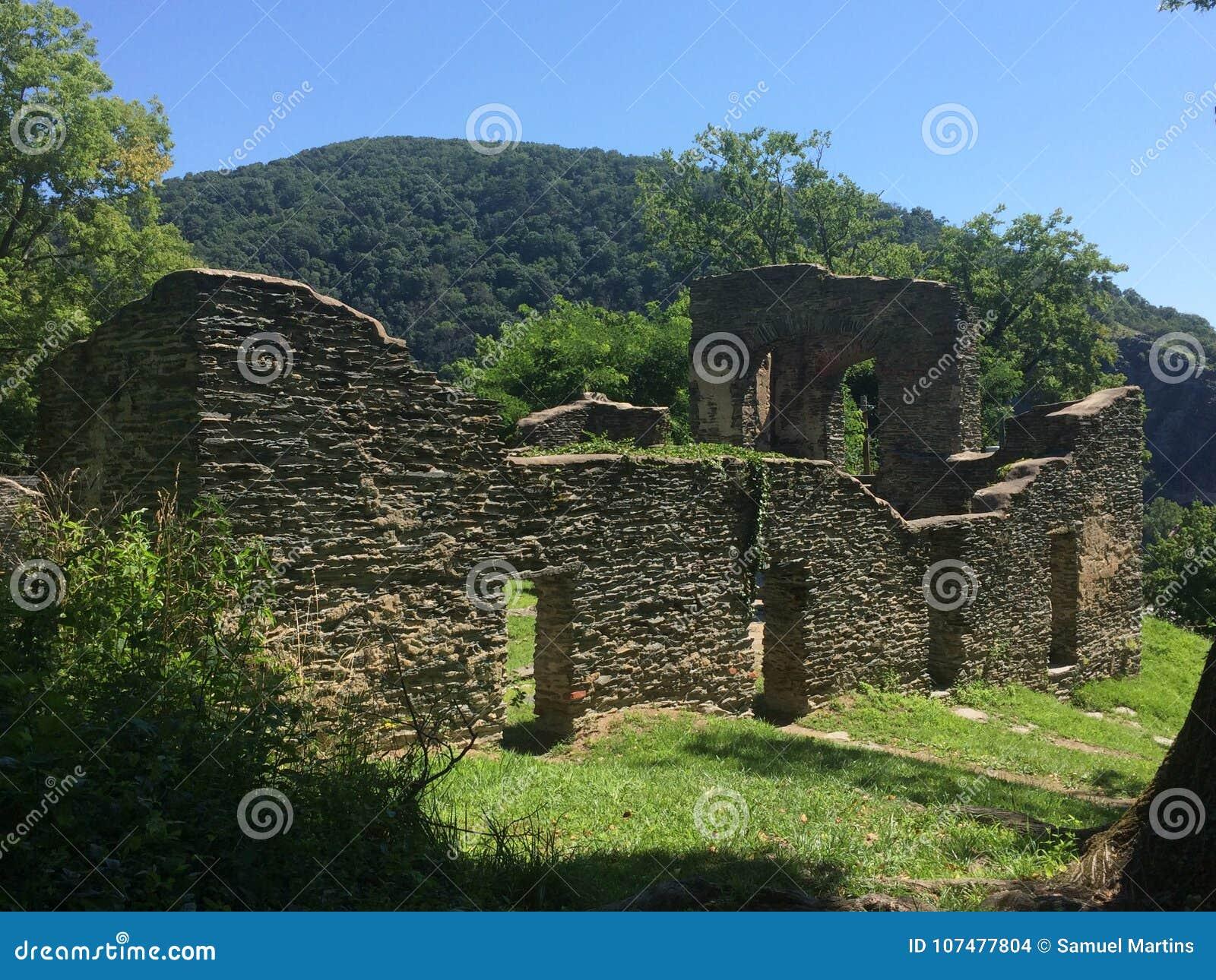 Ruína antiga velha da pedra sem portas