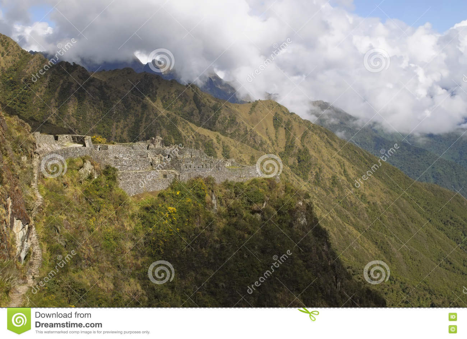 A ruína bonita e antiga do Inca de Sayaqmarka encontra-se em um cume íngreme da montanha e é iluminada acima pelo sol