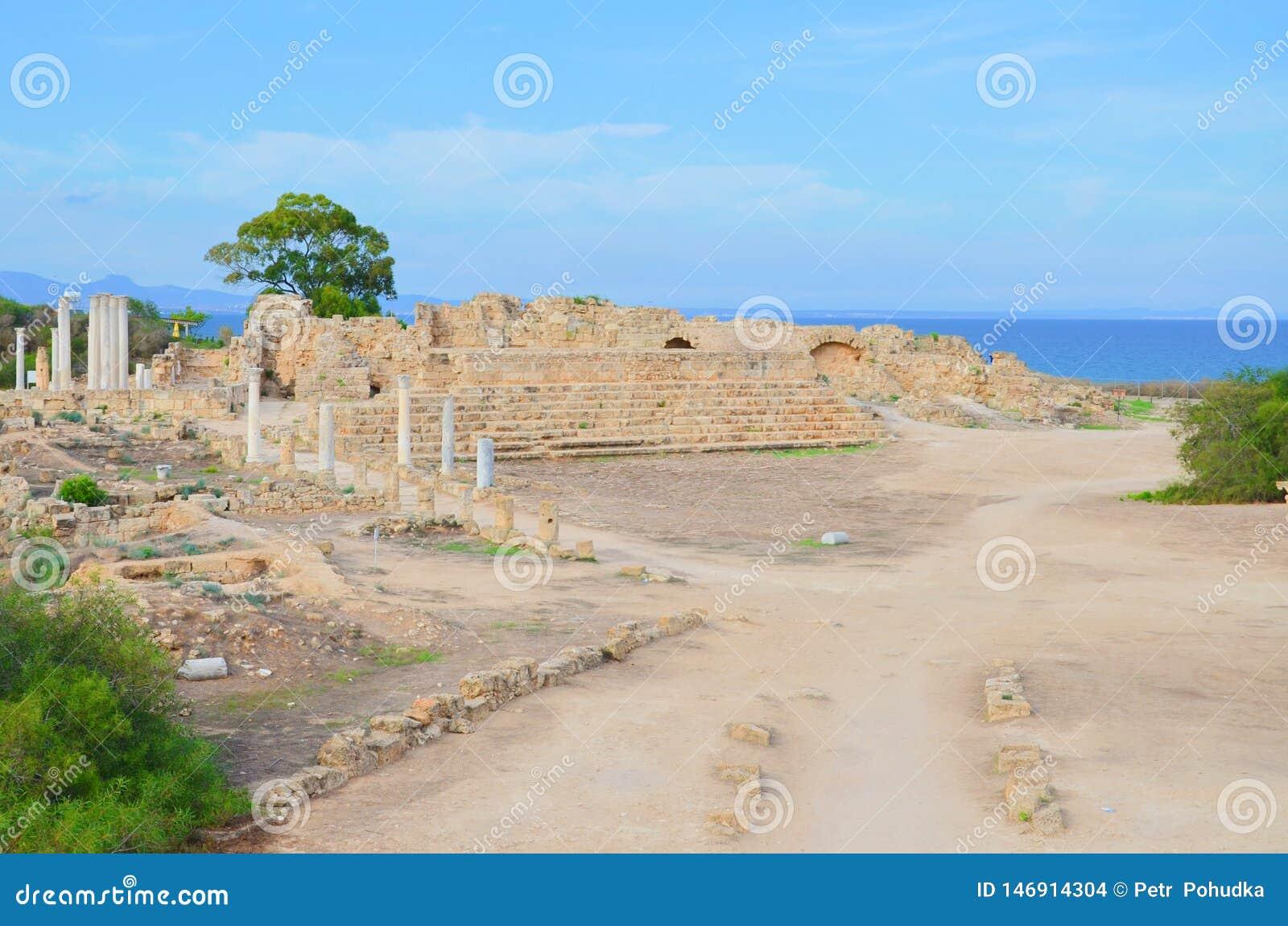 Ruínas bem preservados dos salames antigos da cidade situados em Chipre do norte turco Localizado pelo mar perto do cipriota Fama