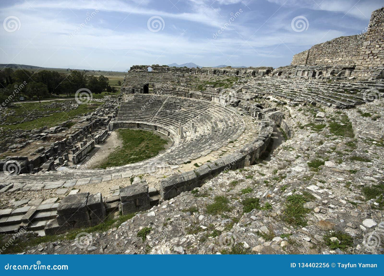 Ruínas da associação do banho de Fausta e da escultura antigas do leão na cidade antiga de Miletus, TurkeyView do lado da ruína a
