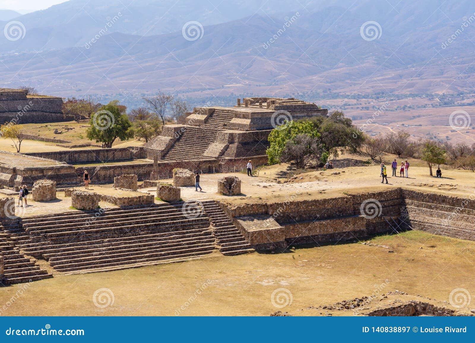 Ruínas de visita de Zapotec no local de Monte Alban, México