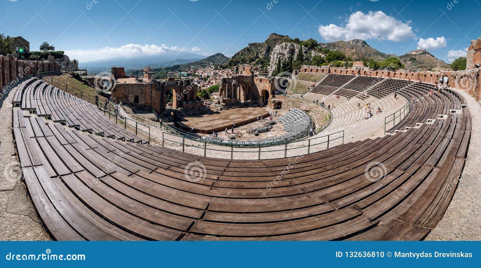Ruínas do teatro do grego clássico em Taormina, Sicília, Itália