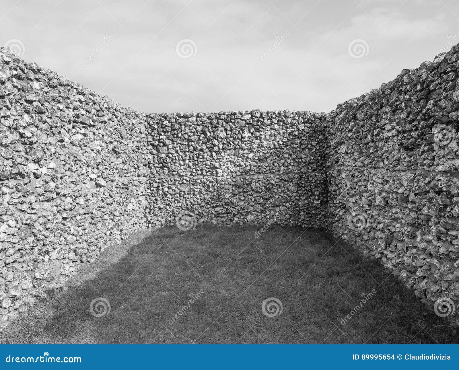 Ruínas velhas do castelo de Sarum em Salisbúria em preto e branco