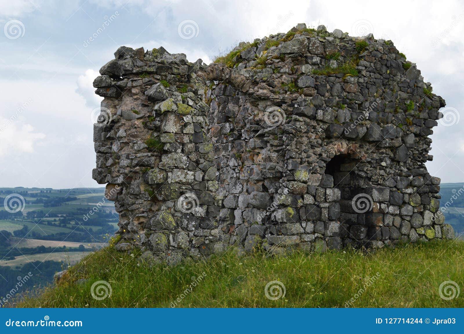 Ruïne van een feodaal kasteel op een heuvel