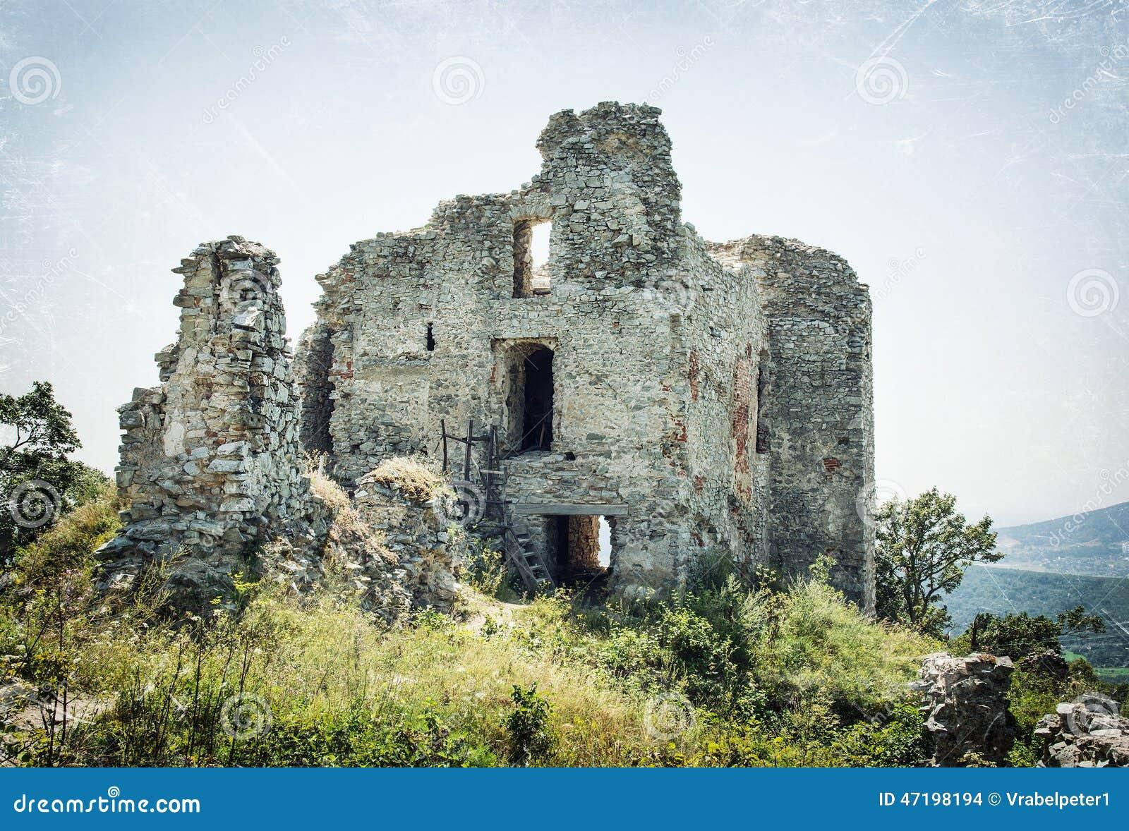 Ruïnes van het kasteel Gymes, gekrast patroon