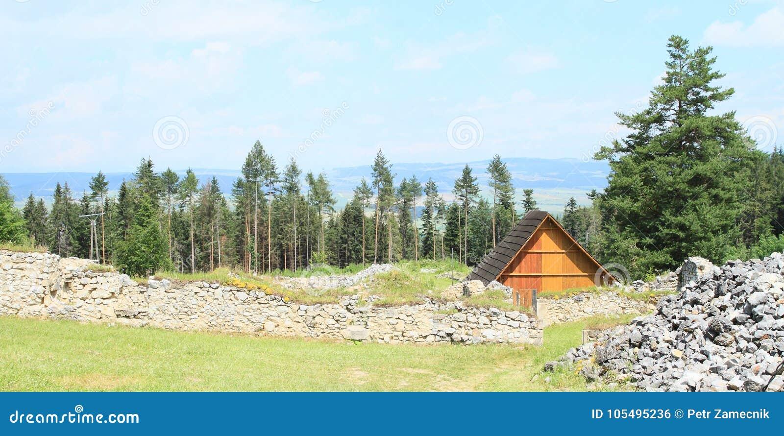 Ruïnes van oud klooster achter weide in Slowaaks Paradijs