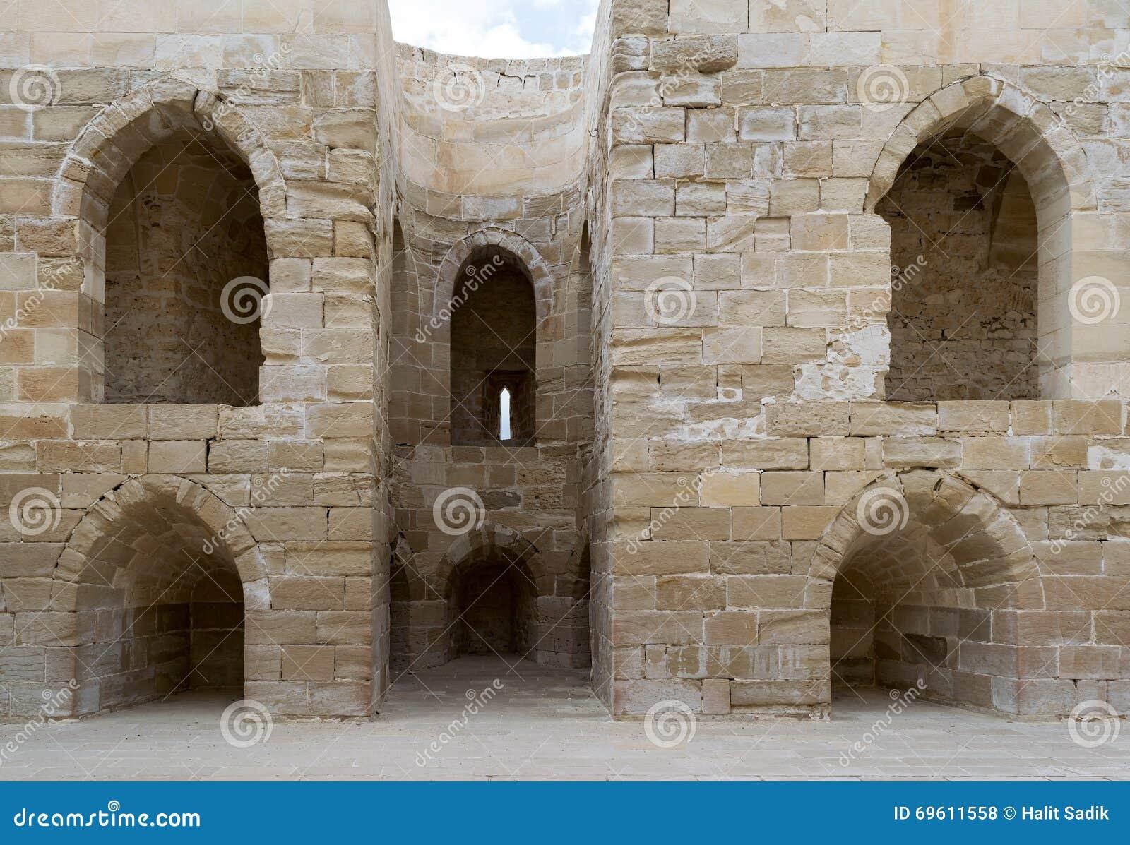 Ruïnes van oude muur met overspannen holten
