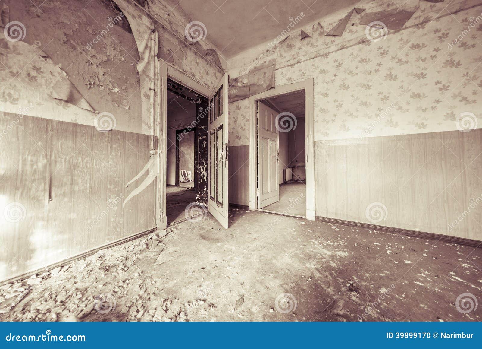 Ruïneuze lege ruimte met oud behang stock foto afbeelding