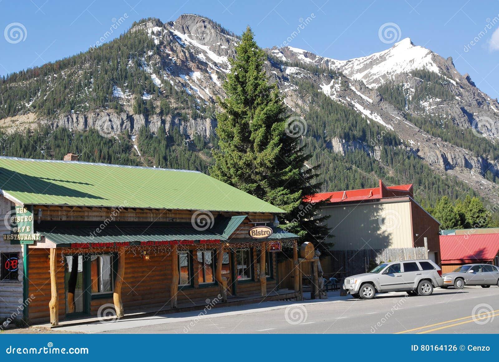 Rua através do cozinheiro City, parque nacional de Yellowstone, Montana