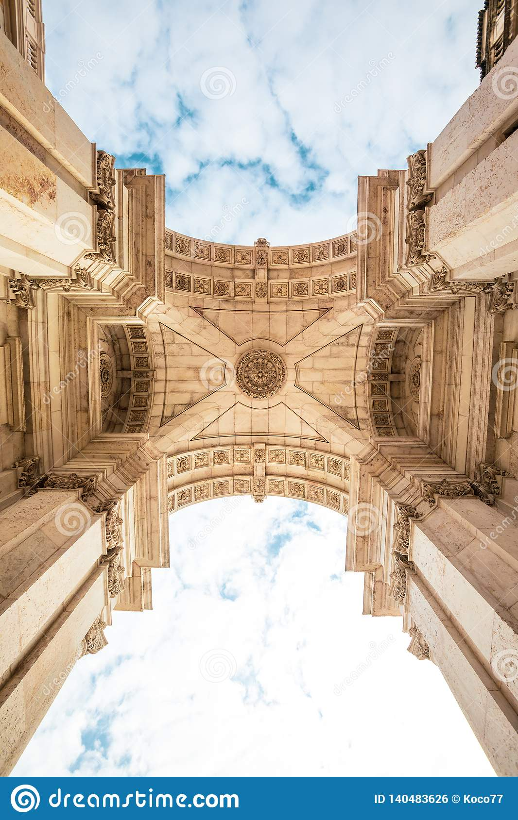 Rua Augusta triumf- båge i den historiska mitten av staden av Lissabon i Portugal
