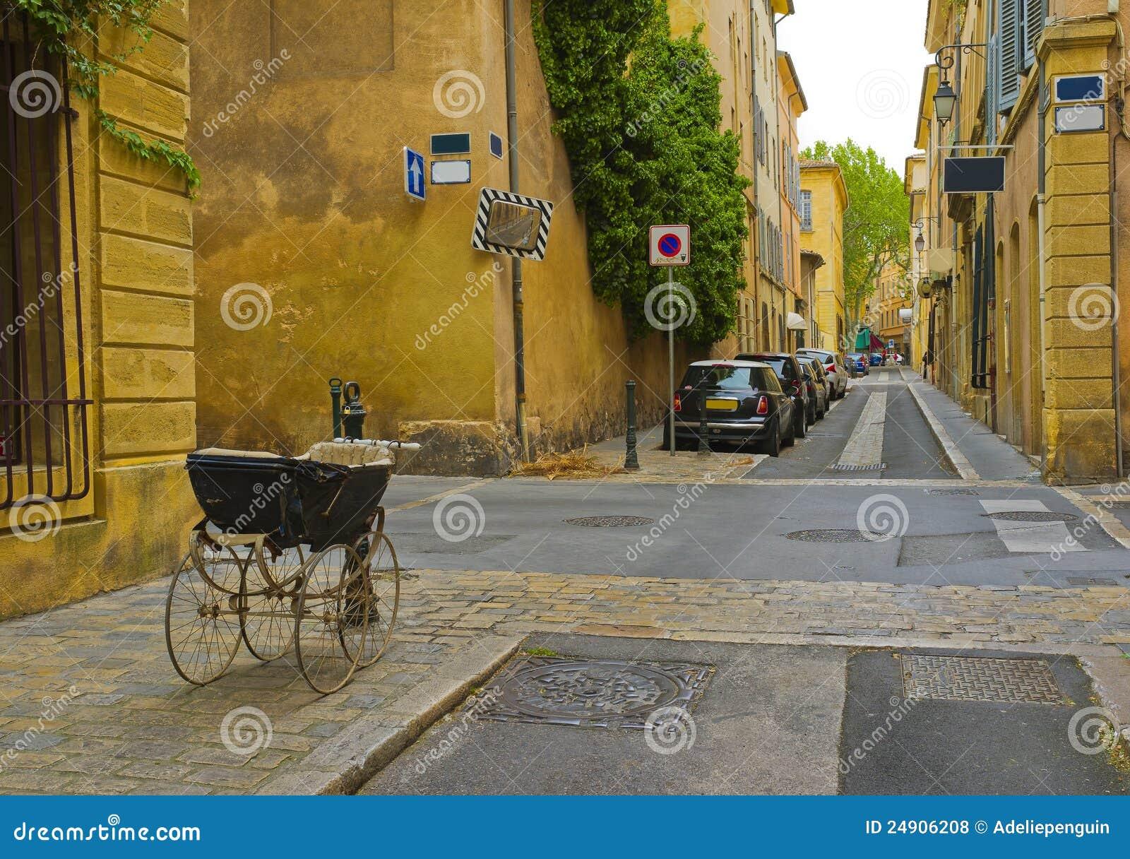 Rua com carro de bebê, Aix-en-Provence, France