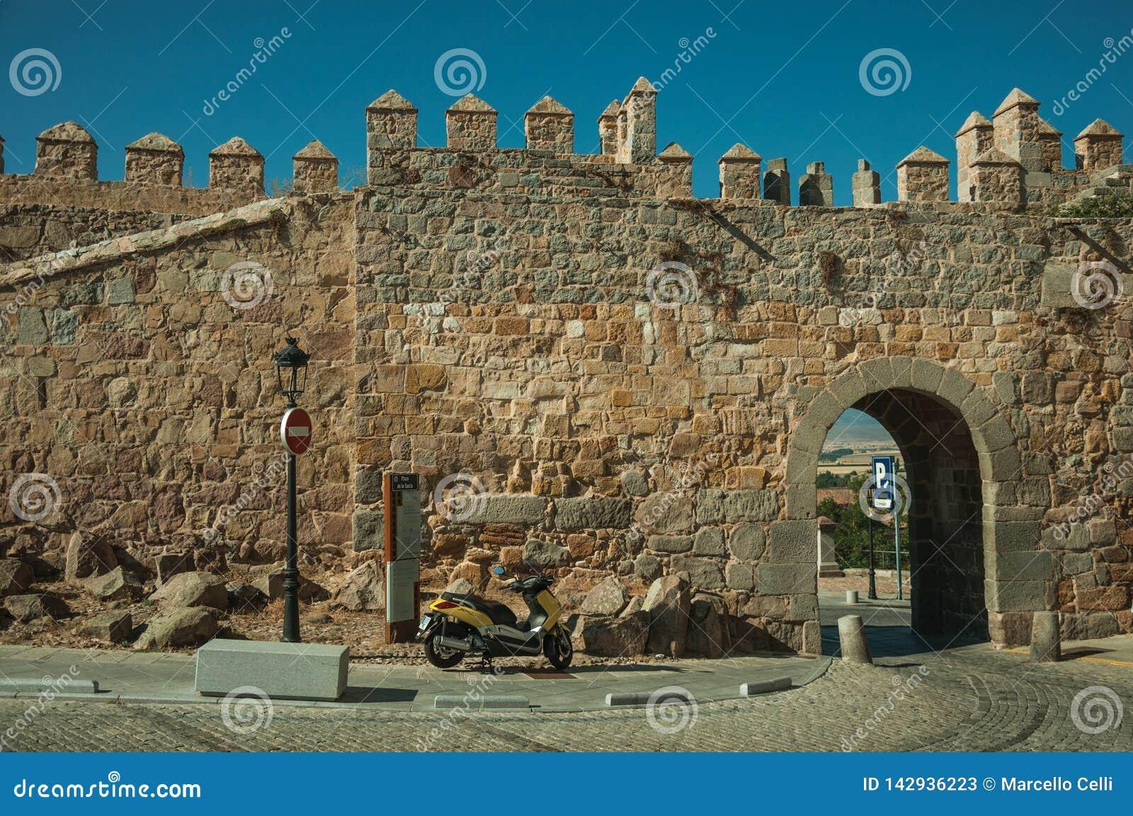 Rua com a entrada aberta na parede da cidade de Avila