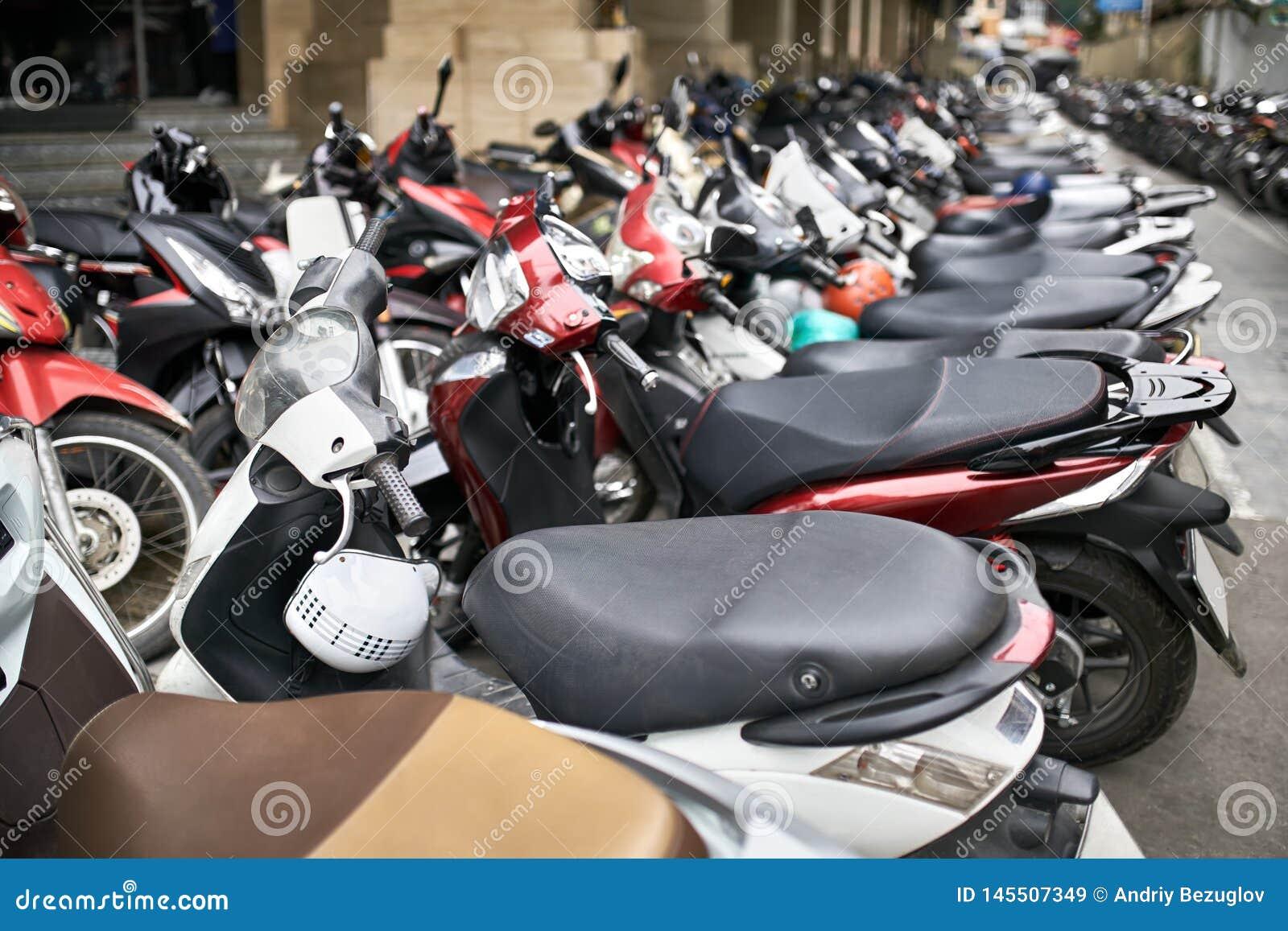 Rua da cidade com lote de motocicletas estacionadas na luz do dia