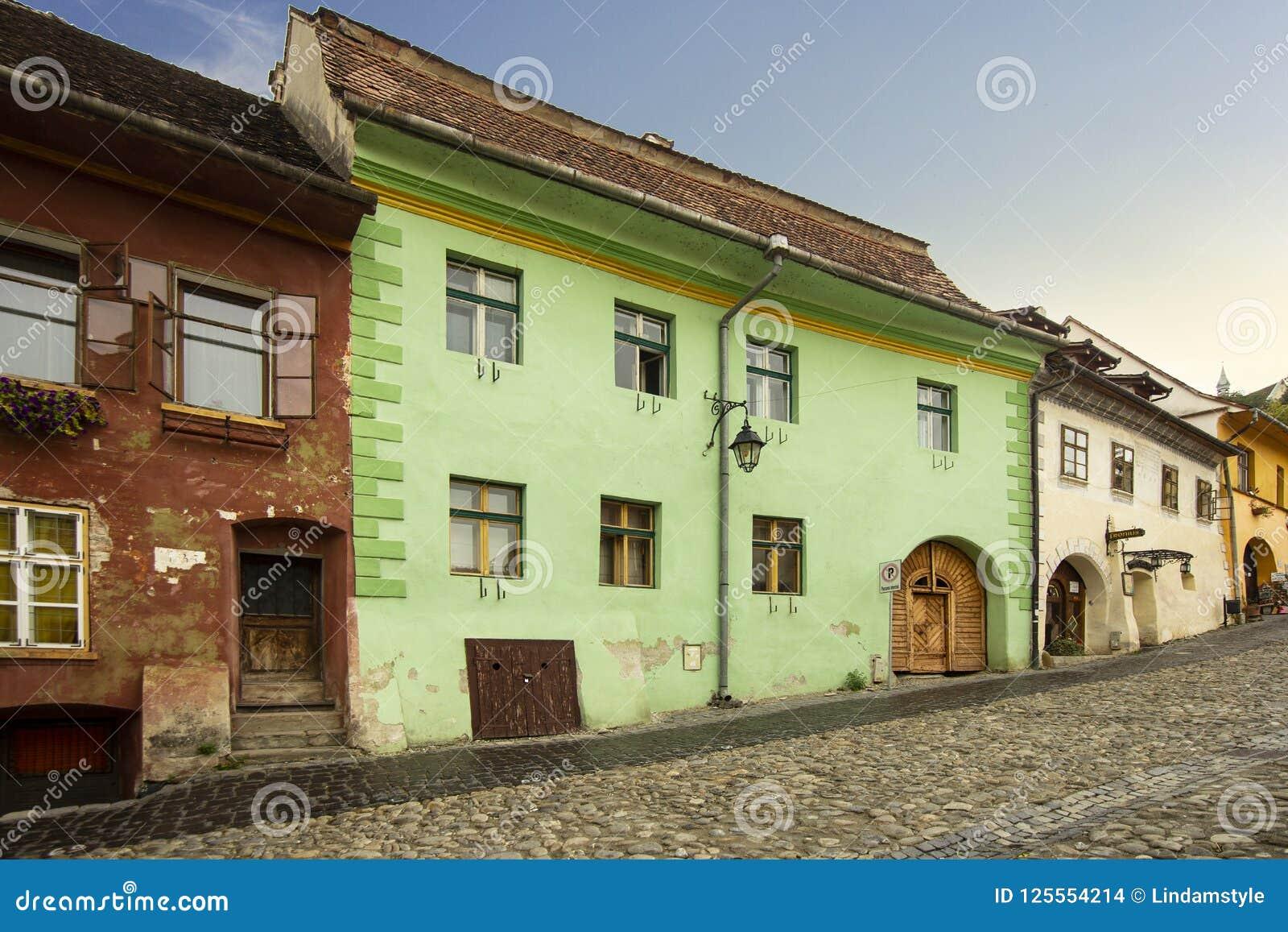Rua da cidade de Sighisoara, a Transilvânia, Romênia