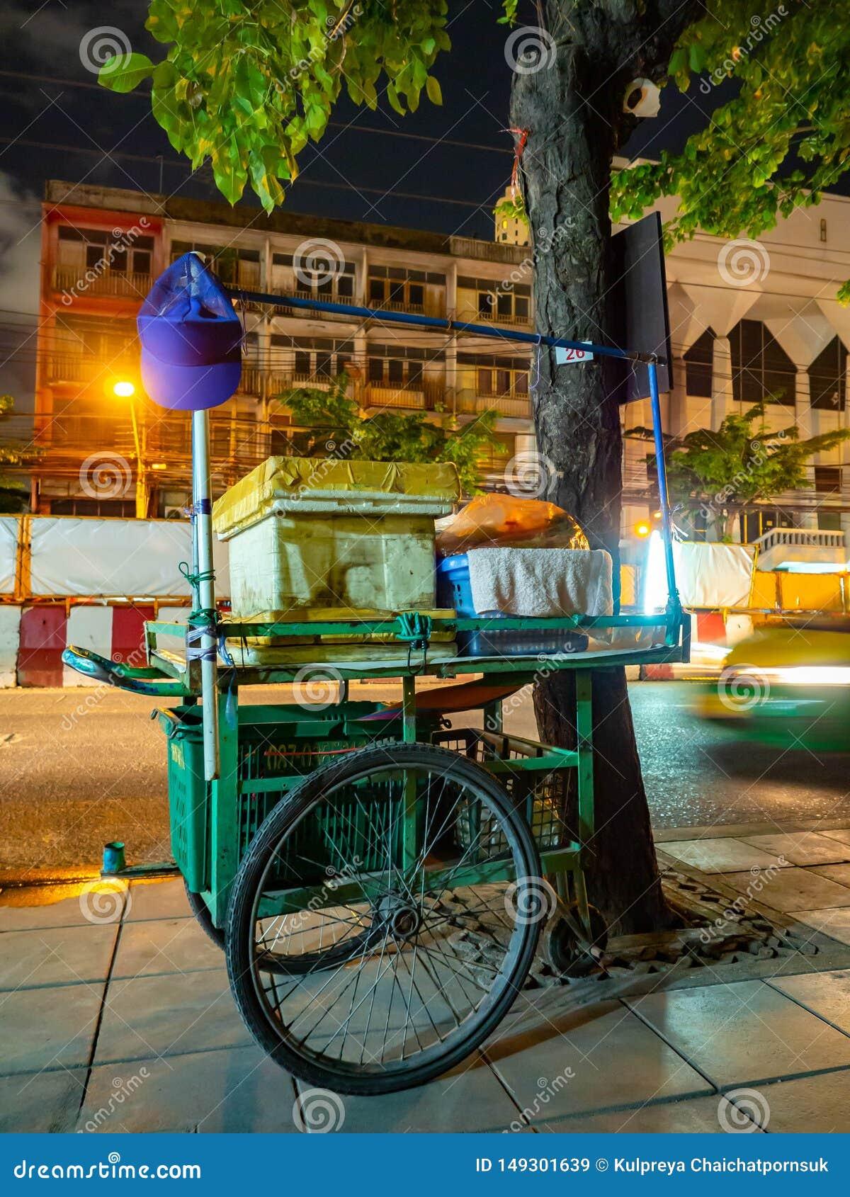 Rua da loja em Banguecoque, alimento Tailândia