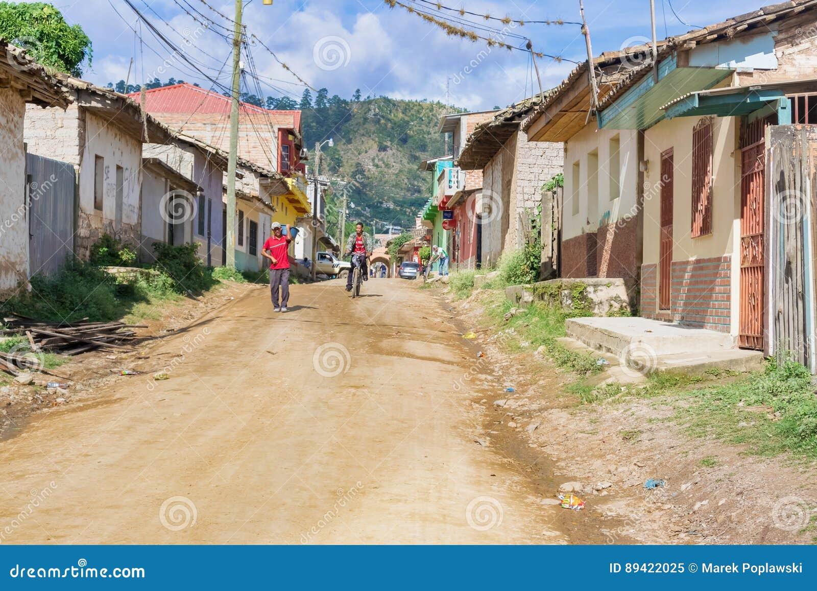 Rua da sujeira na municipalidade de Talanga nas Honduras