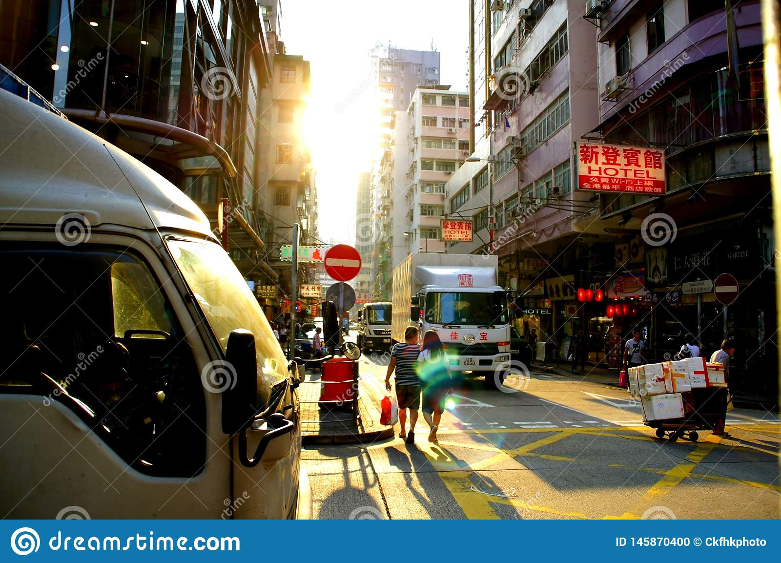 A rua de Dundas em Kowloon, Hong Kong vê Yau Ma Tei