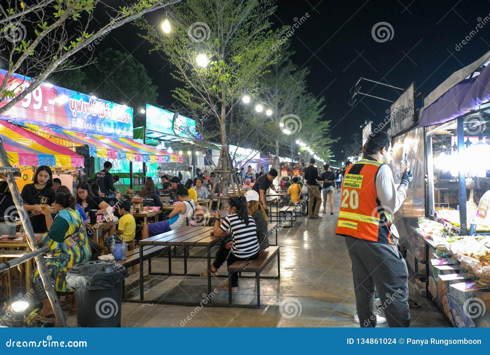 A rua de passeio é um destino do turista para os povos que querem comer na noite