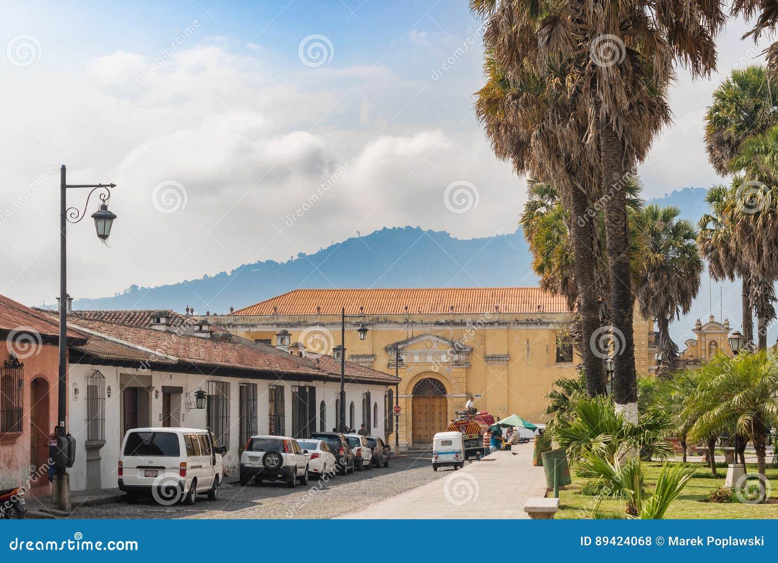 Rua de pedrinha e as construções em Antígua, Guatemala