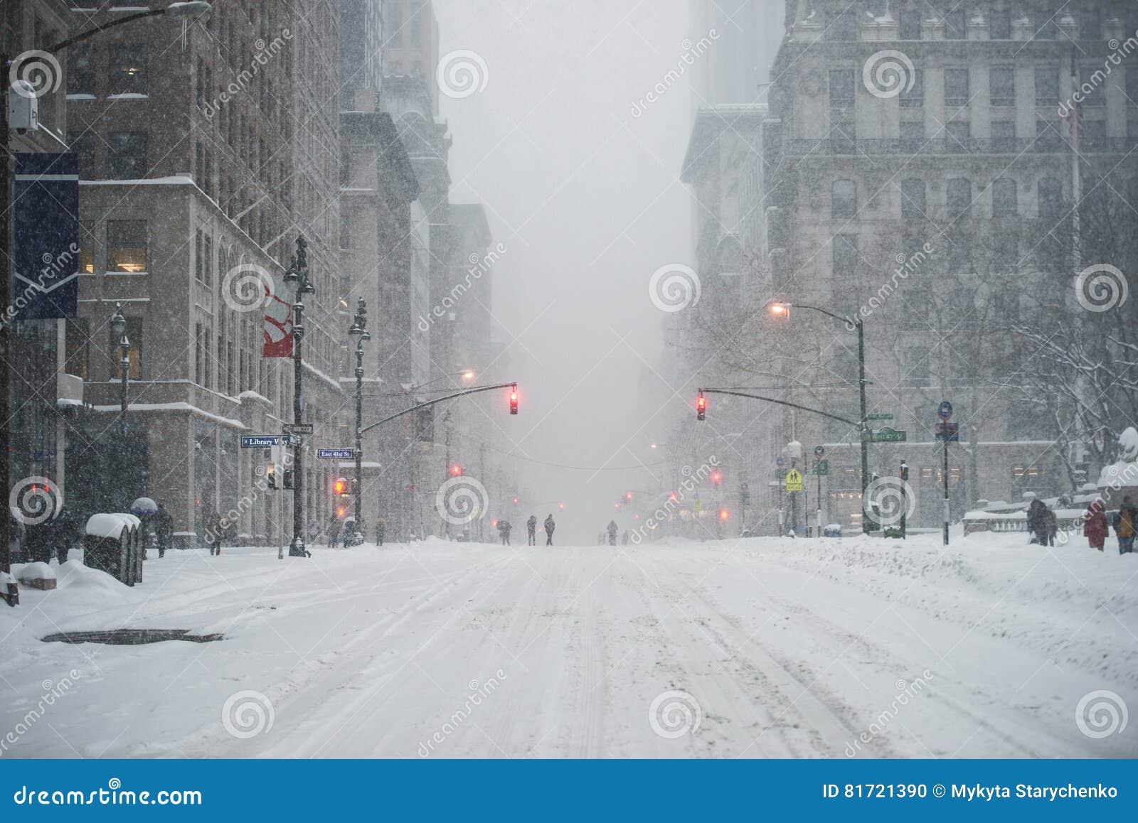 Rua do Midtown de New York City Manhattan sob a neve durante o blizzard da neve no inverno Esvazie a 5a avenida sem o tráfego