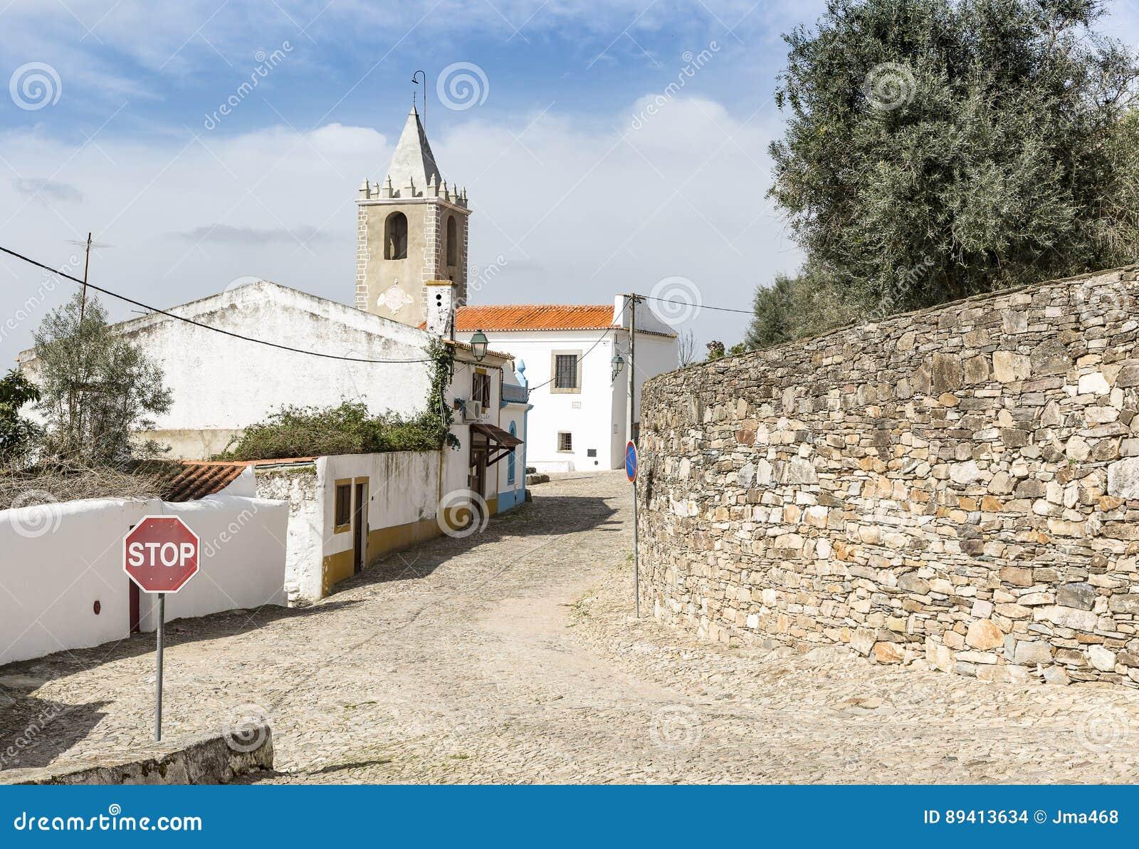 Rua e o sino da torre na cidade de Cabeco de Vide, Fronteira, distrito de Portalegre, Portugal