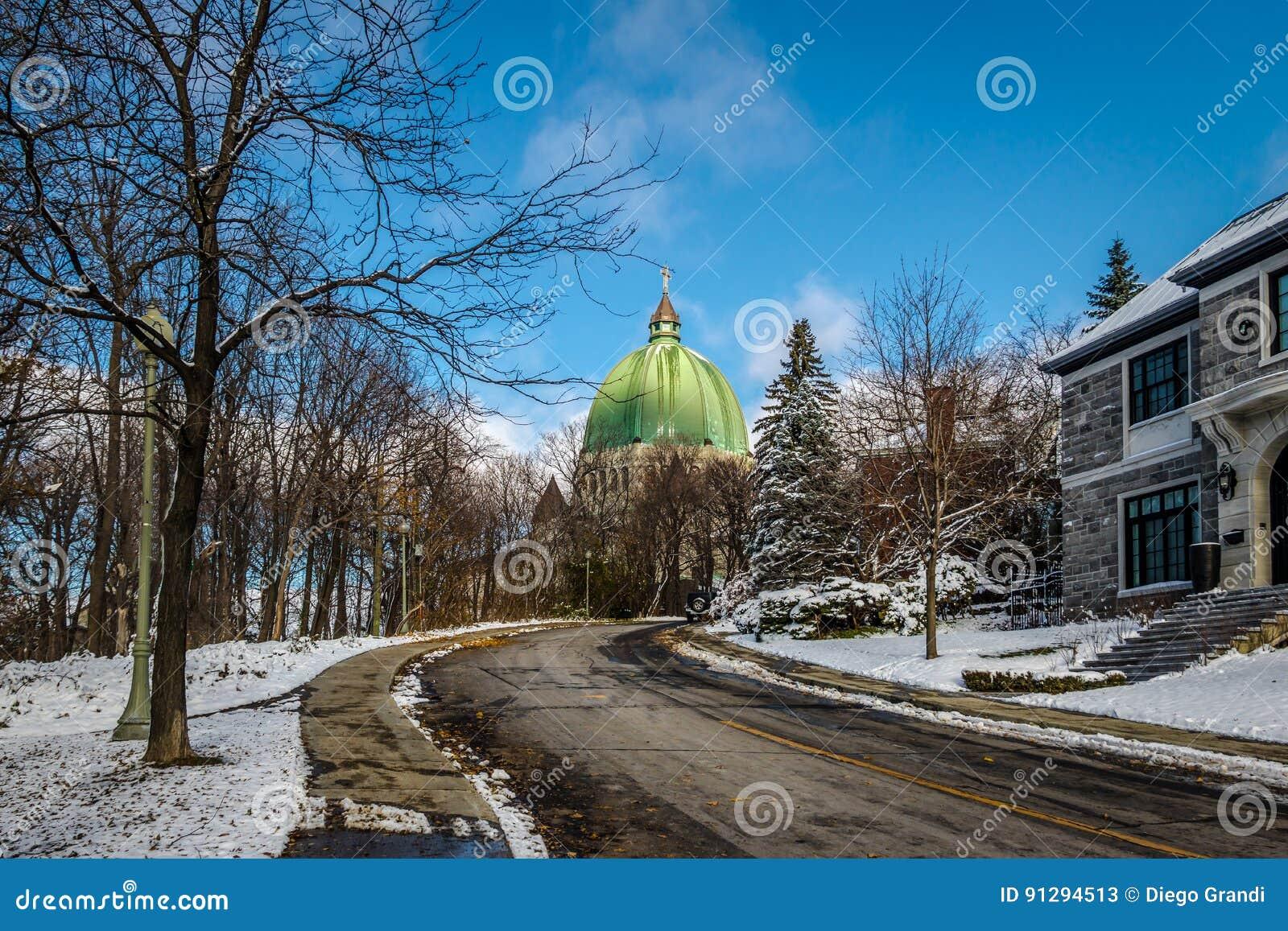 Rua em Montreal com uma vista da abóbada da oratória de Josephs de Saint - Montreal, Quebeque, Canadá