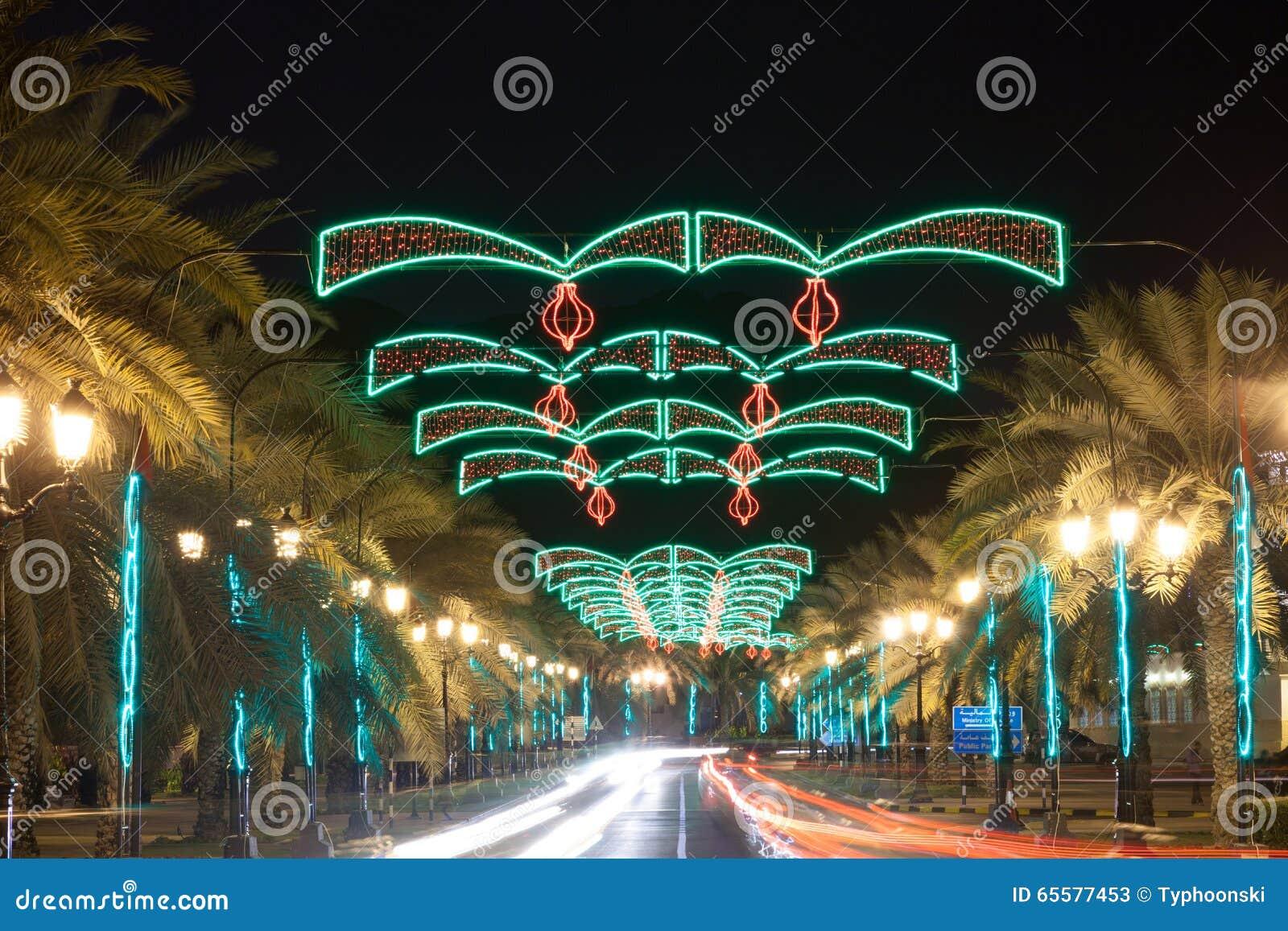 A rua em Muscat decorou com luzes