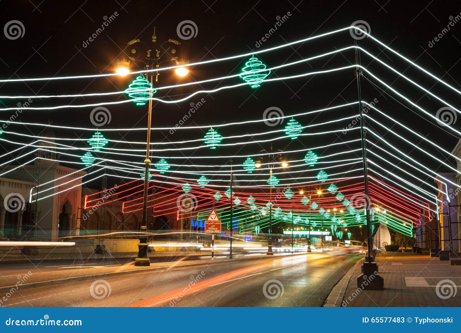 A rua em Muscat decorou com luzes Oman, Médio Oriente