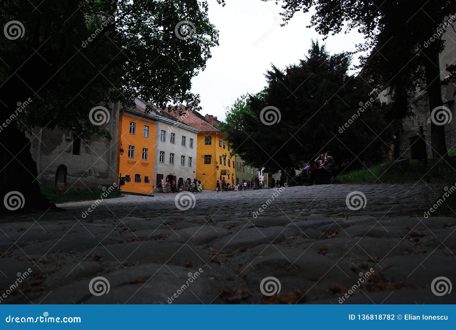Rua em Sighisoara, a Transilvânia, Romênia