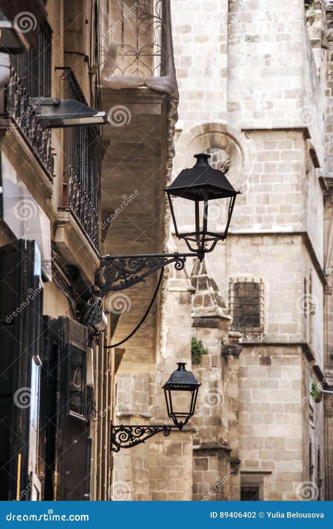 Rua estreita no quarto gótico de Barcelona