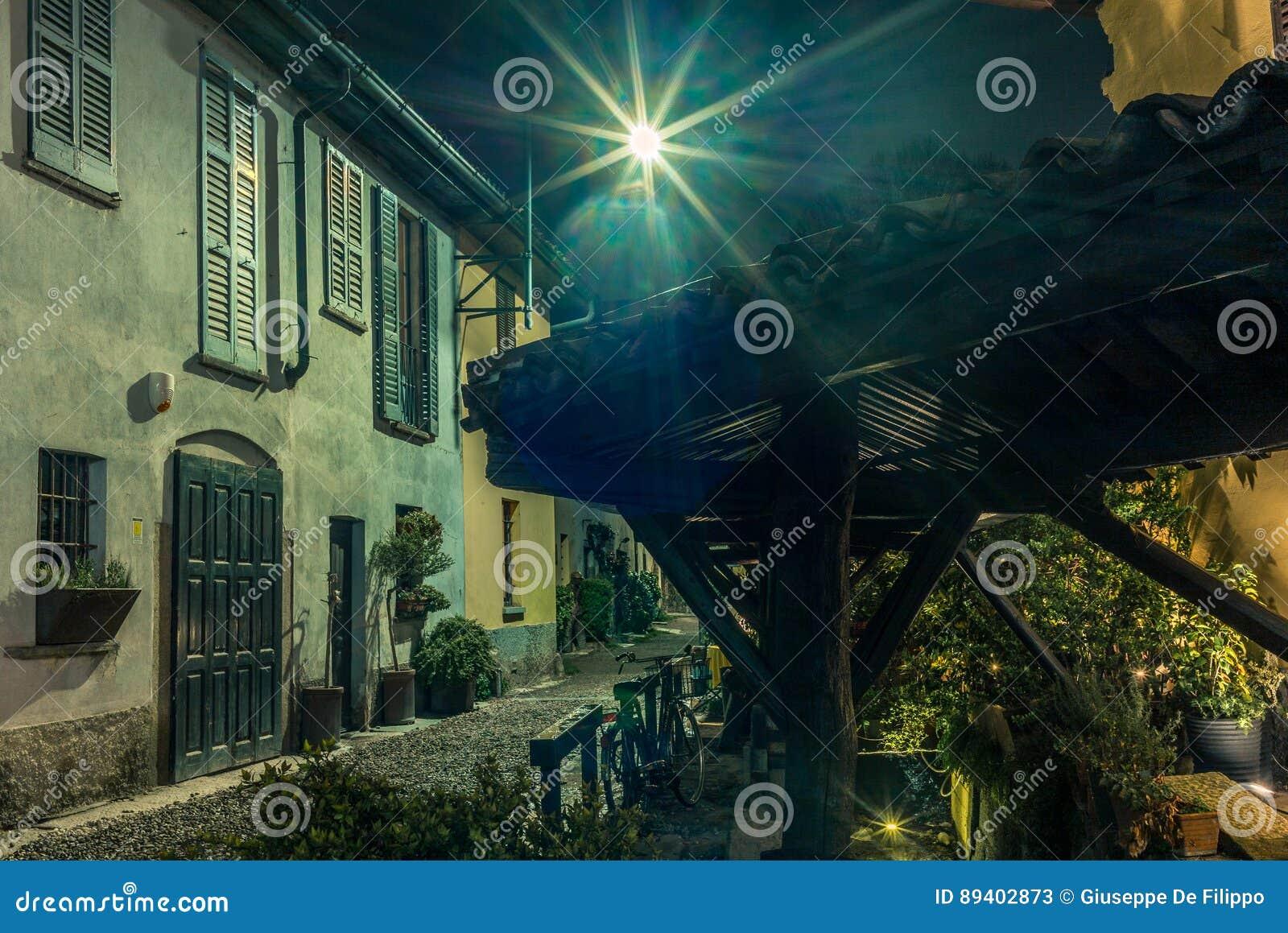 Rua medieval velha em Milão na noite - 2