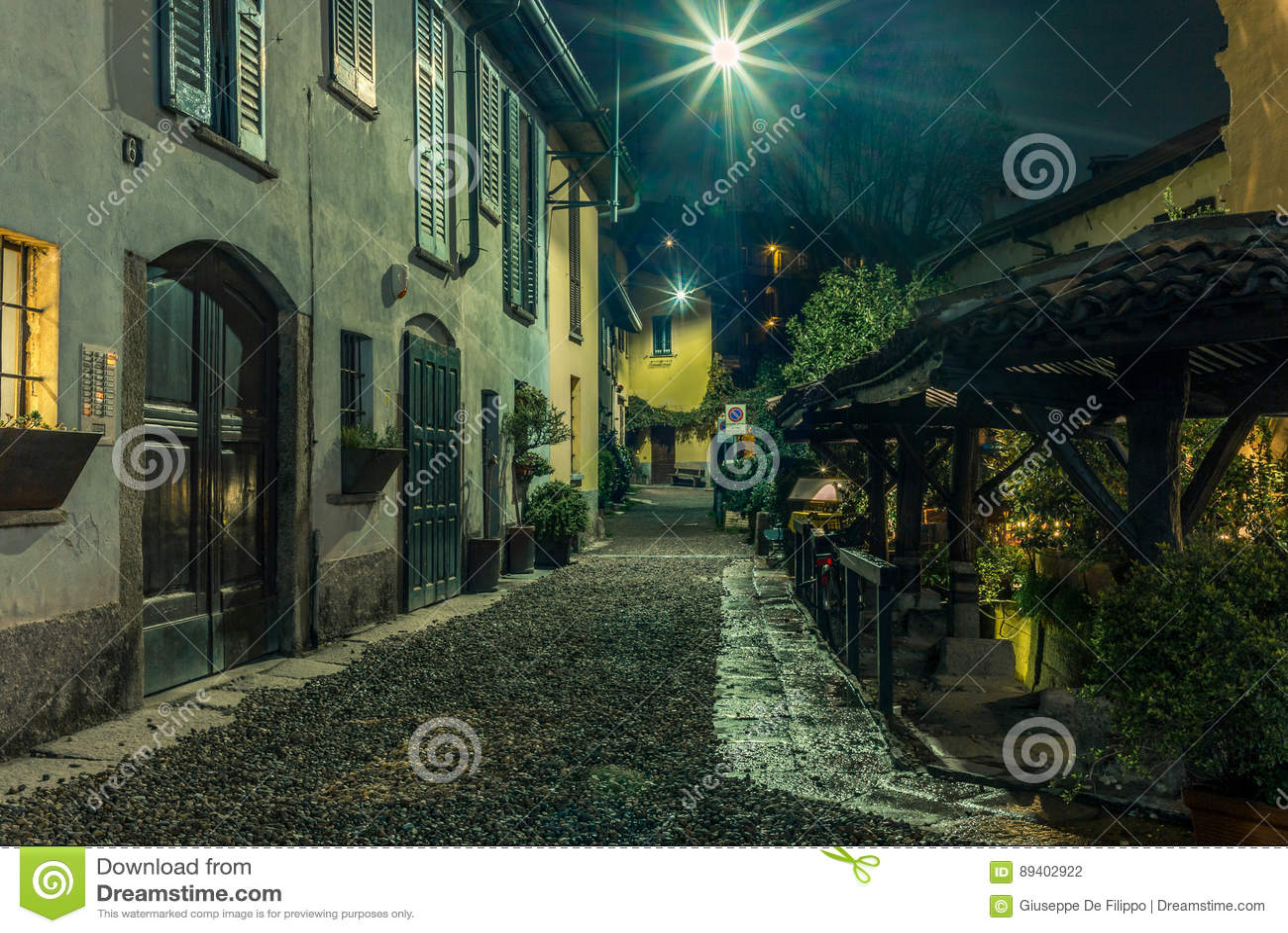 Rua medieval velha em Milão na noite - 1