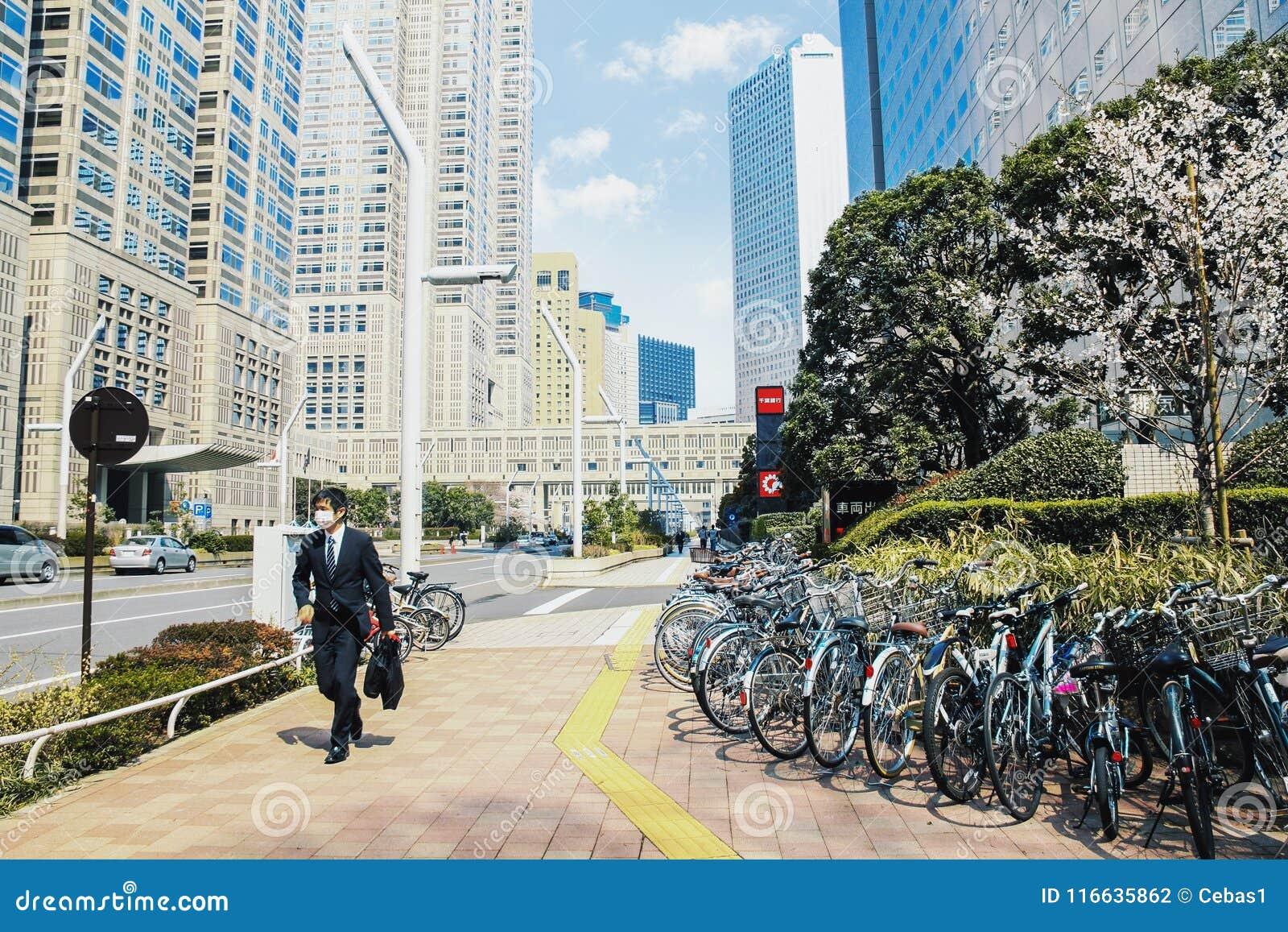 Rua moderna do distrito financeiro de Shinjuku no Tóquio