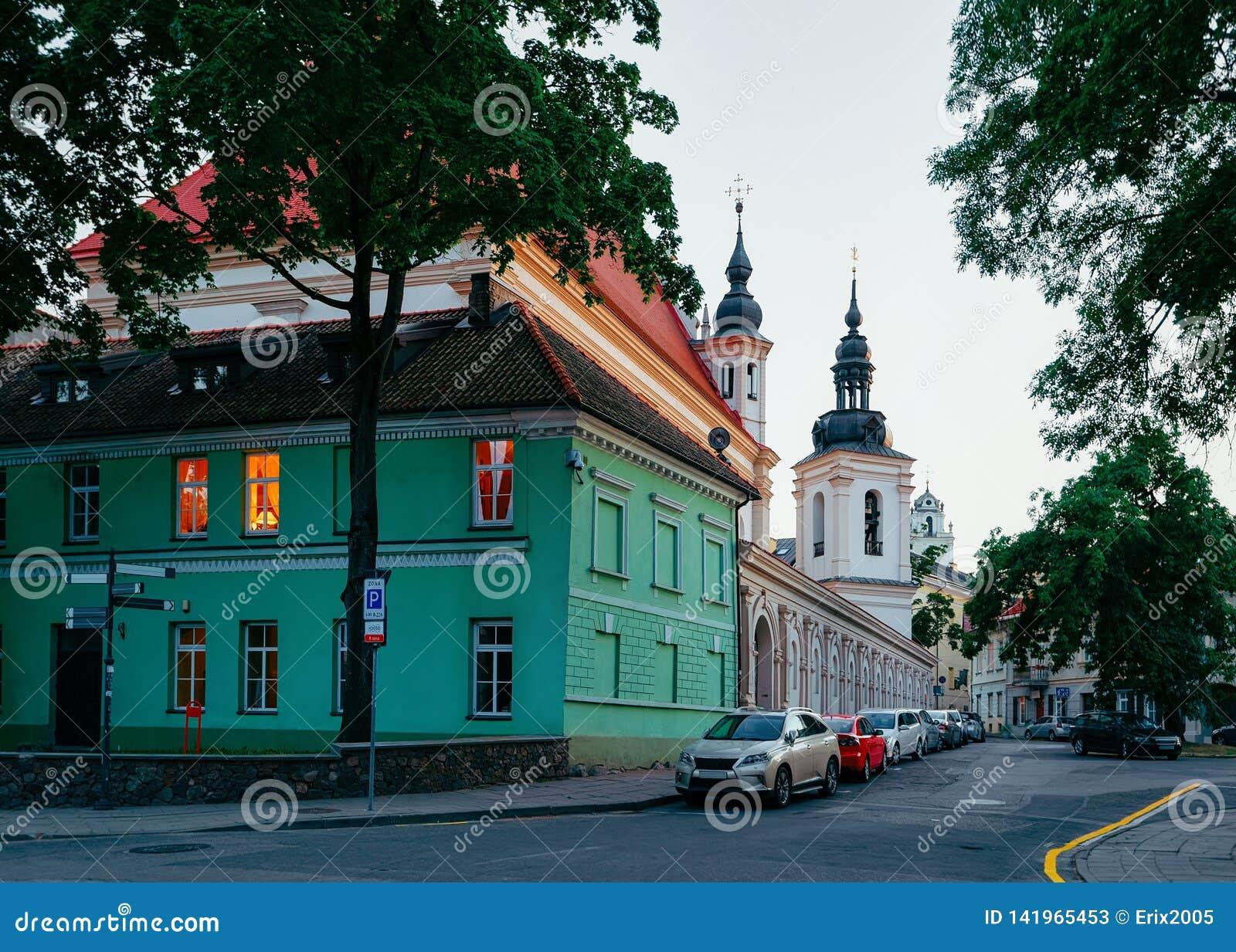 Rua na cidade velha em Vilnius em Lituânia na noite