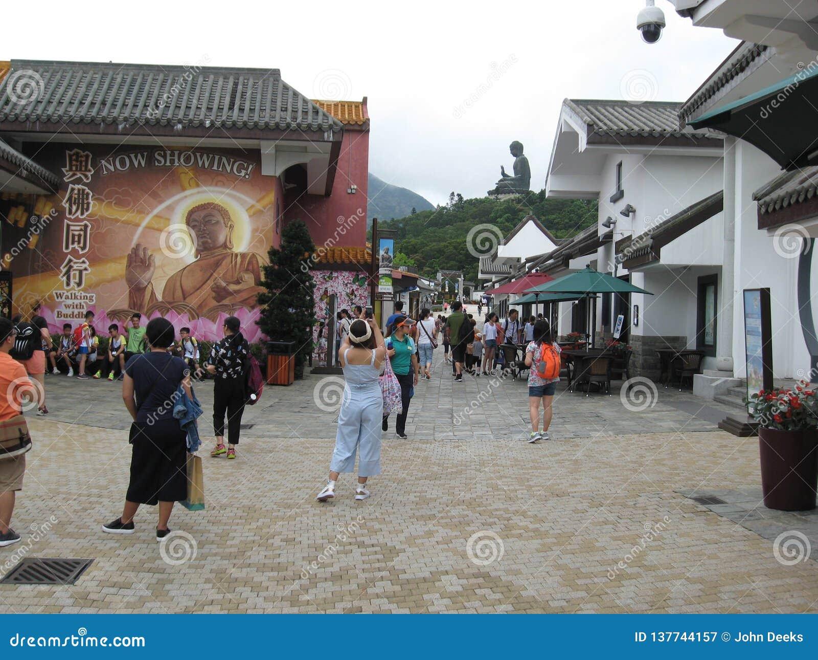 Rua pedestre ocupada na vila do sibilo de Ngong, ilha de Lantau, Hong Kong