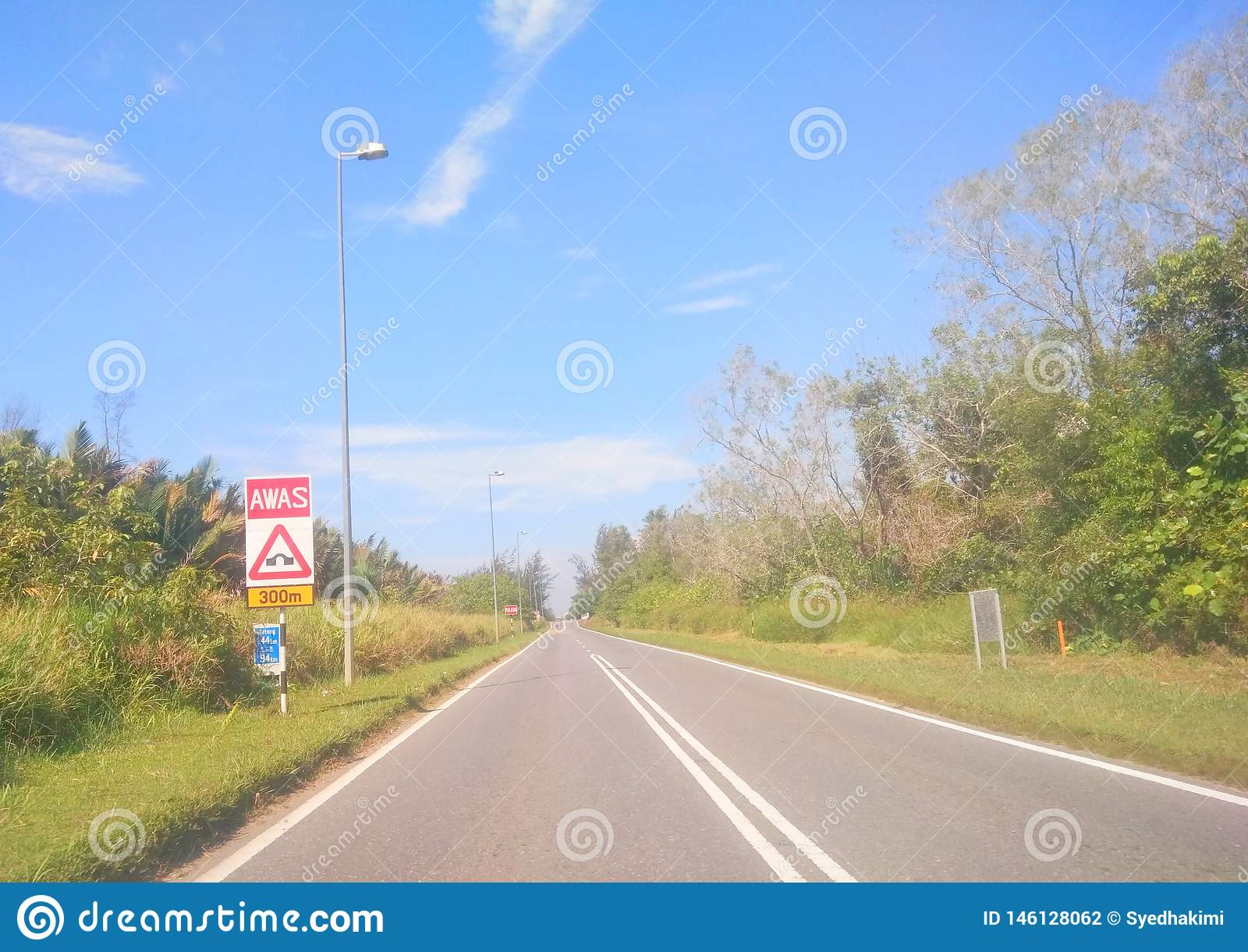 Rua vazia da placa do sinal de estrada
