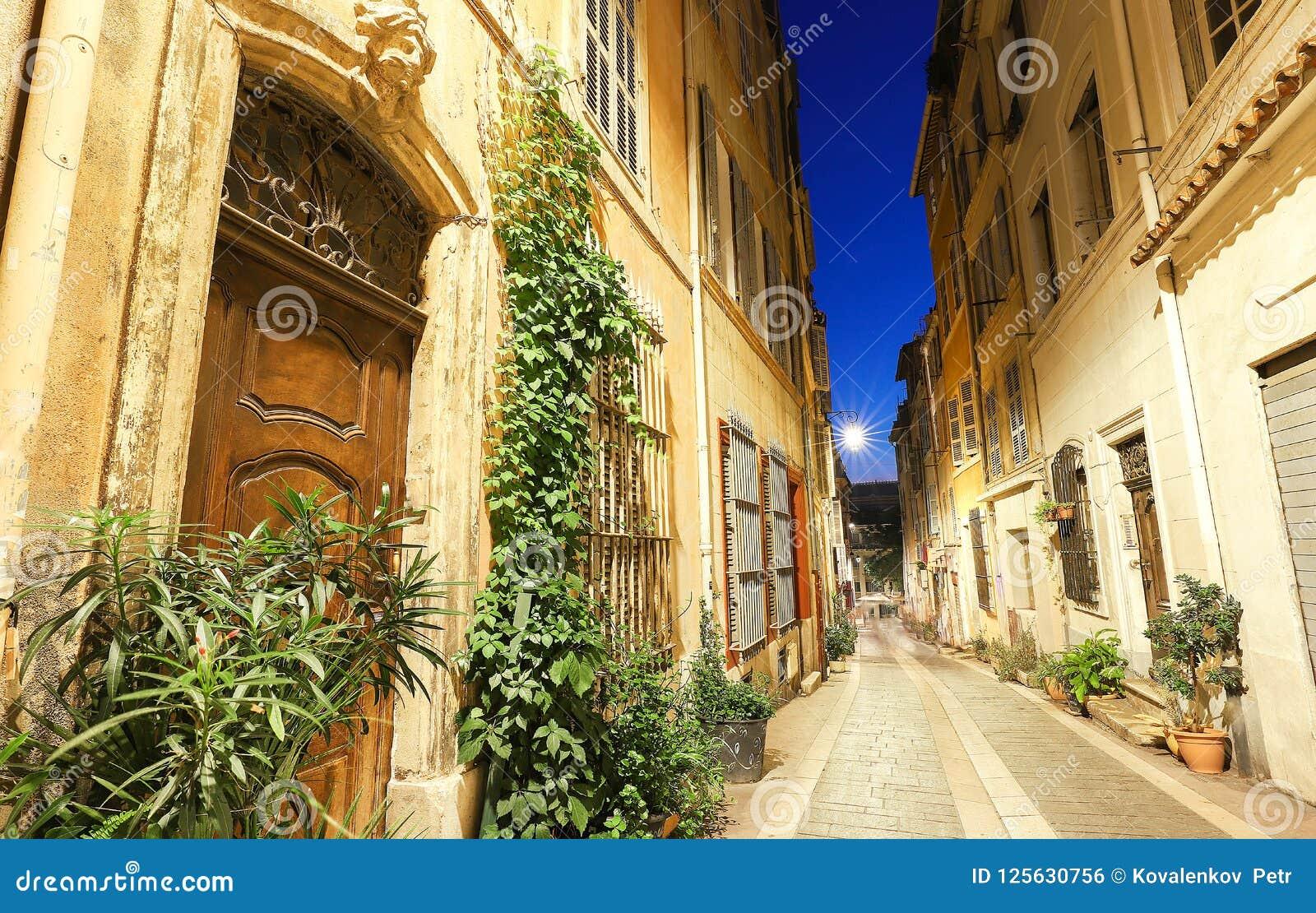 A rua velha no Panier de um quarto histórico de Marselha em França sul na noite