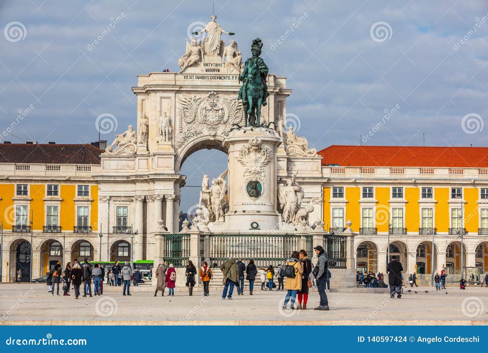 Ruaaugusta triomfantelijk Boog en Standbeeld van Koning José I in het historische centrum van de stad van Lissabon in Portugal