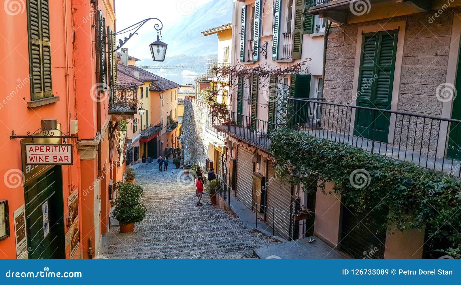 Ruas cênicos velhas em Bellagio, lago Como, Itália