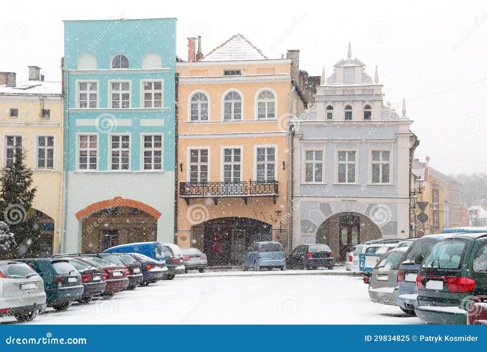 Quadrado da cidade de Gniew no cenário do inverno