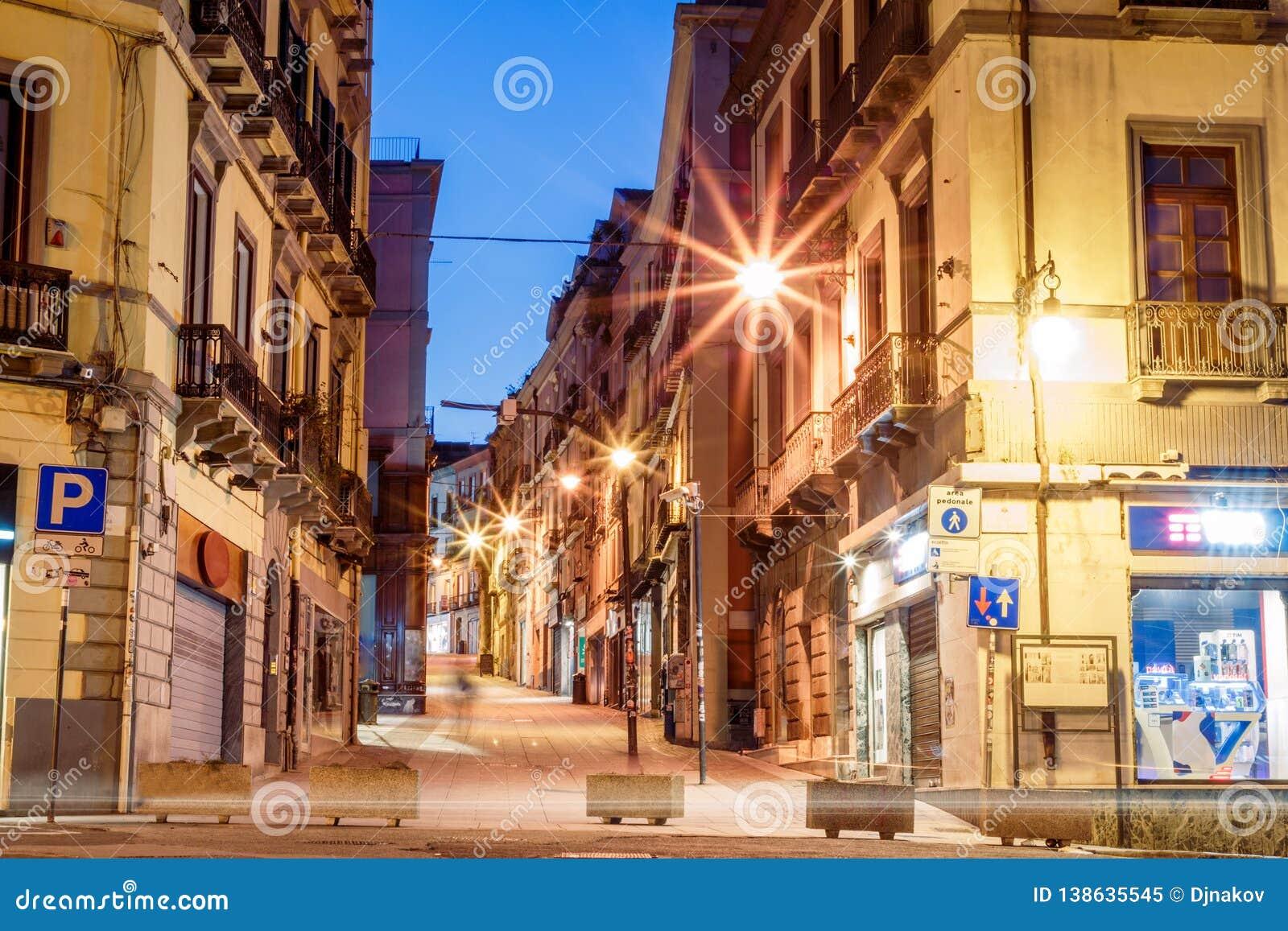 Ruas da manhã com lanternas e cafés em Cagliari Itália