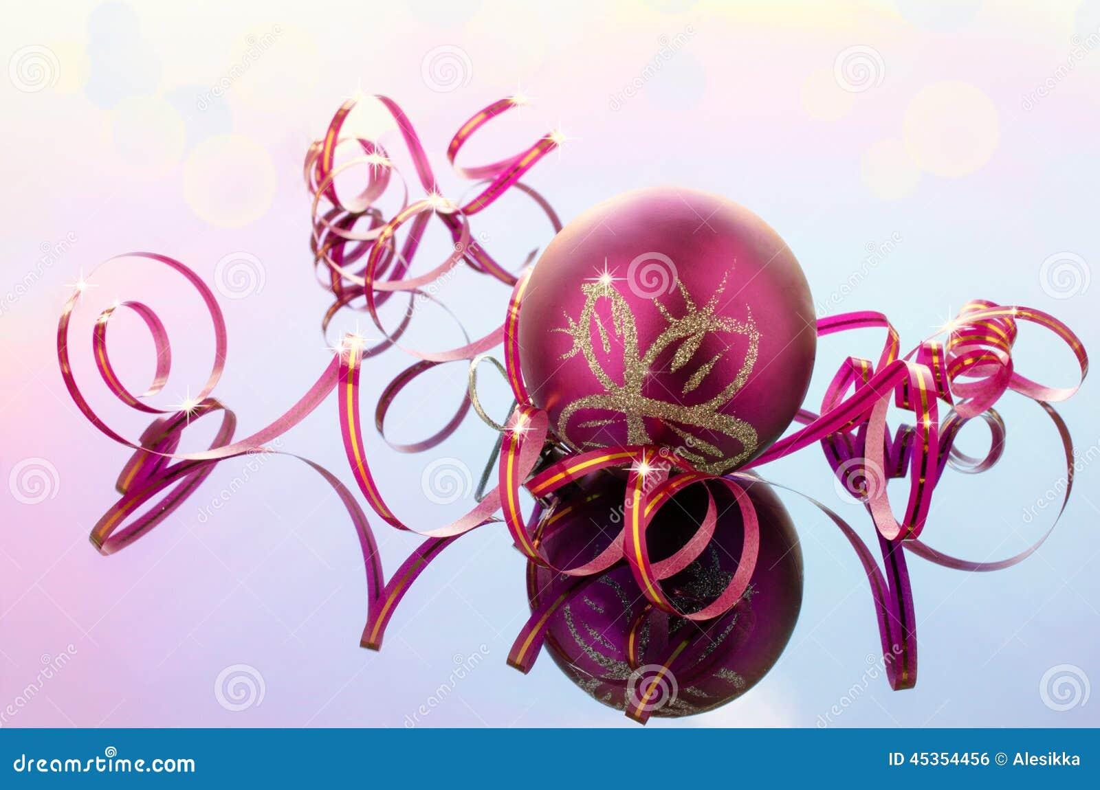 Ruban étroit de rose et de boule pour la décoration
