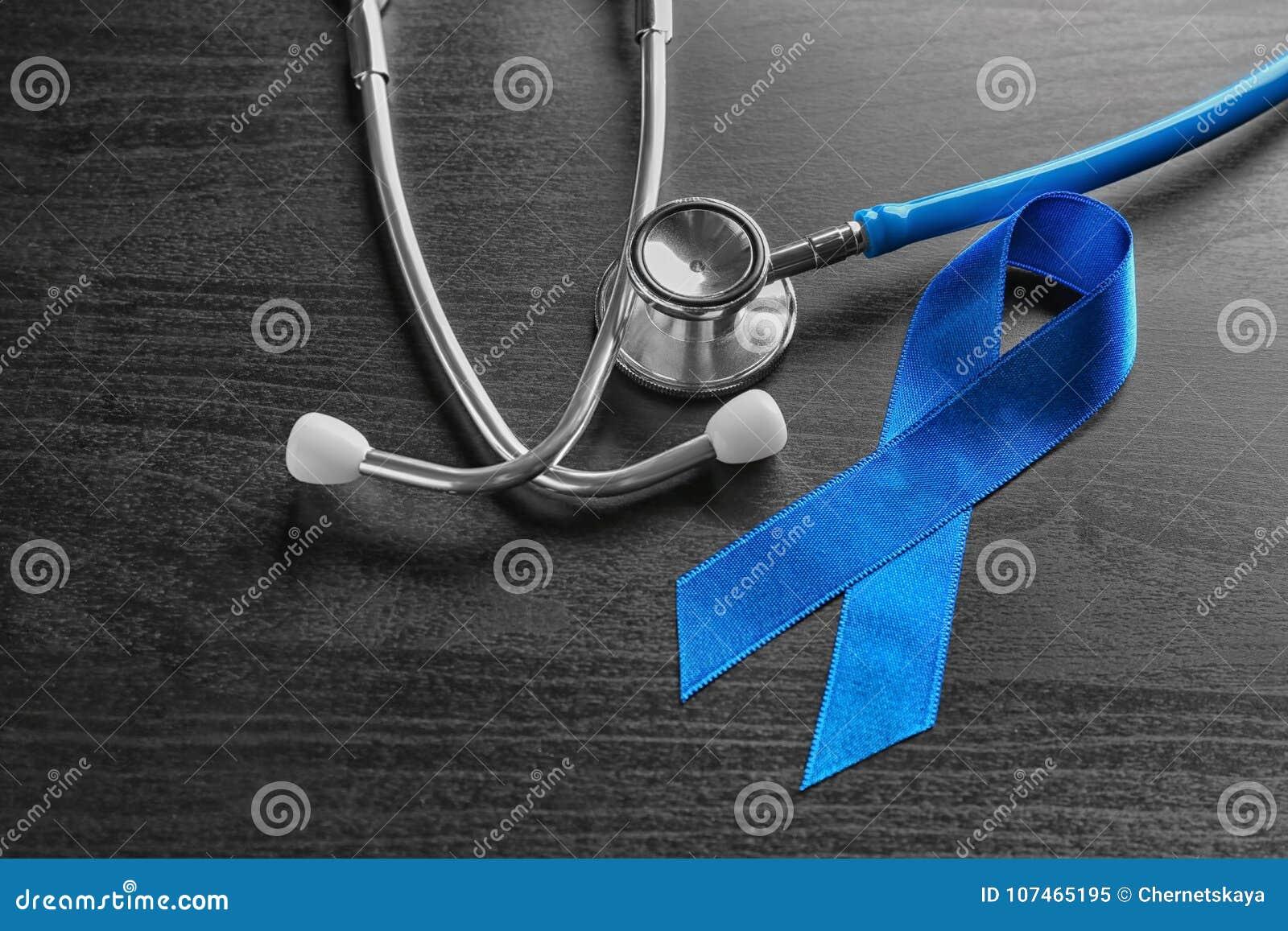 Ruban bleu et stéthoscope sur le fond en bois