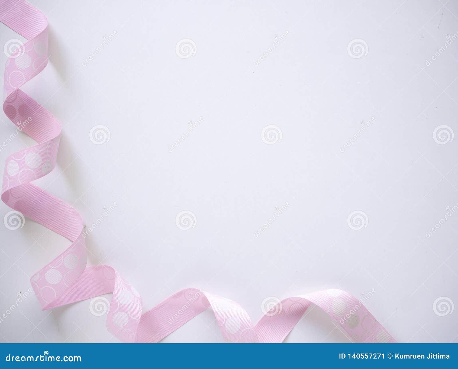 Ruban bouclé rose sur un blanc