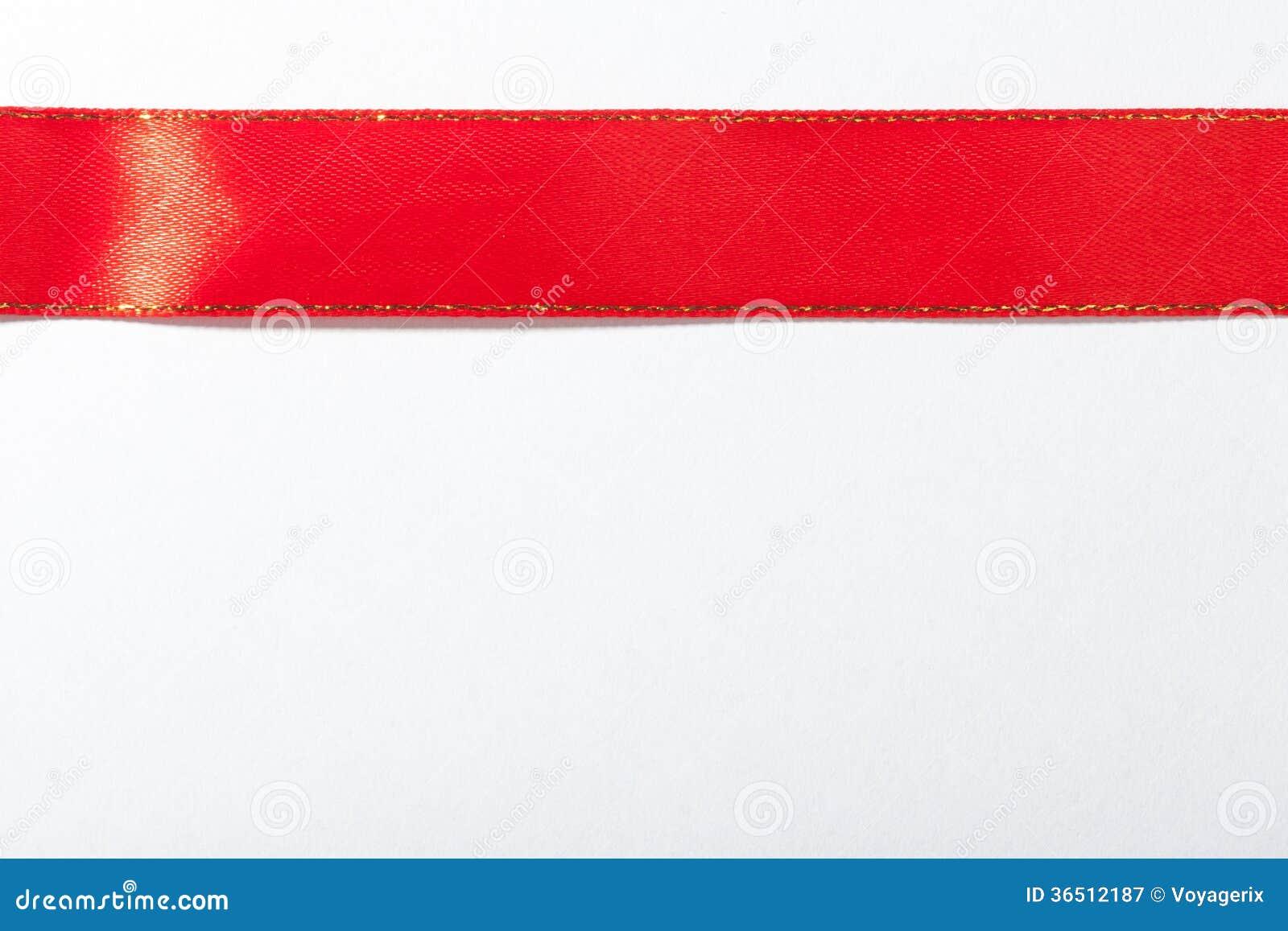 Ruban rouge brillant sur le fond blanc avec l espace de copie.