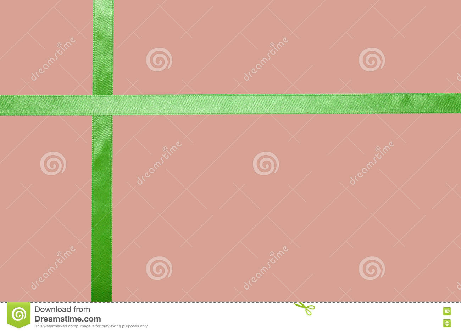 Ruban vert de satin sur un fond coloré